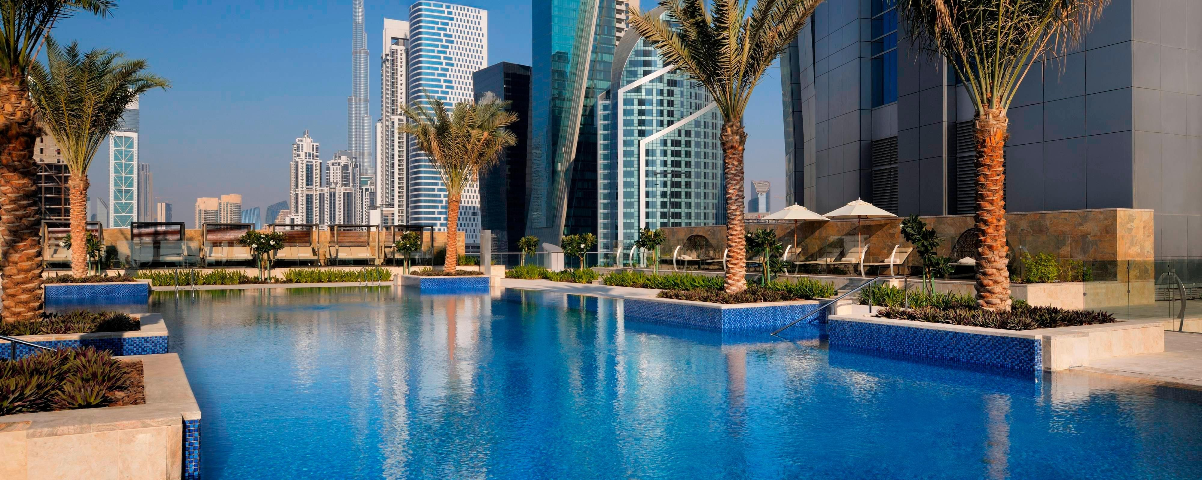 Piscina do hotel em Dubai com vista