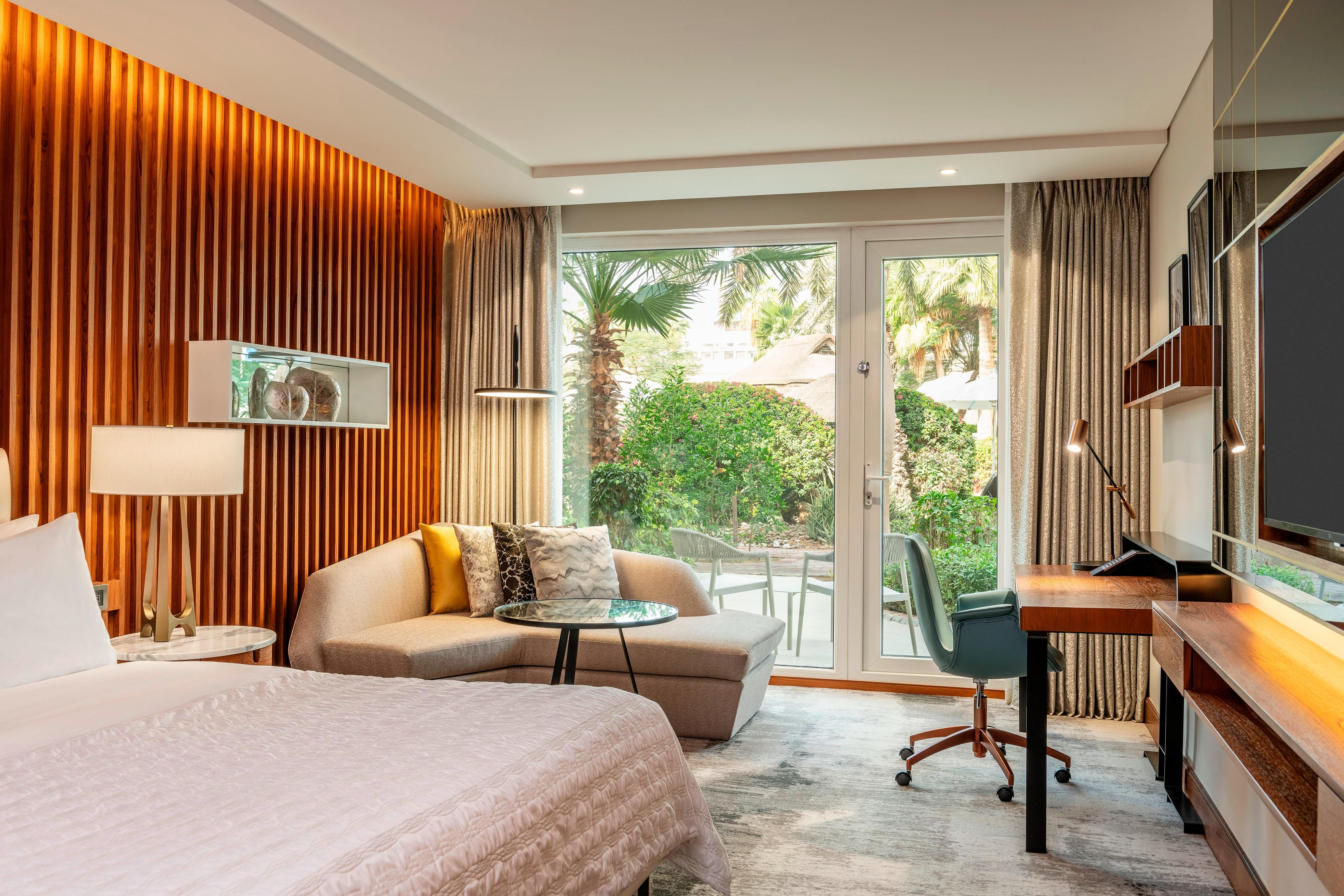 Queen Deluxe Guest Room With A Pool/Garden View
