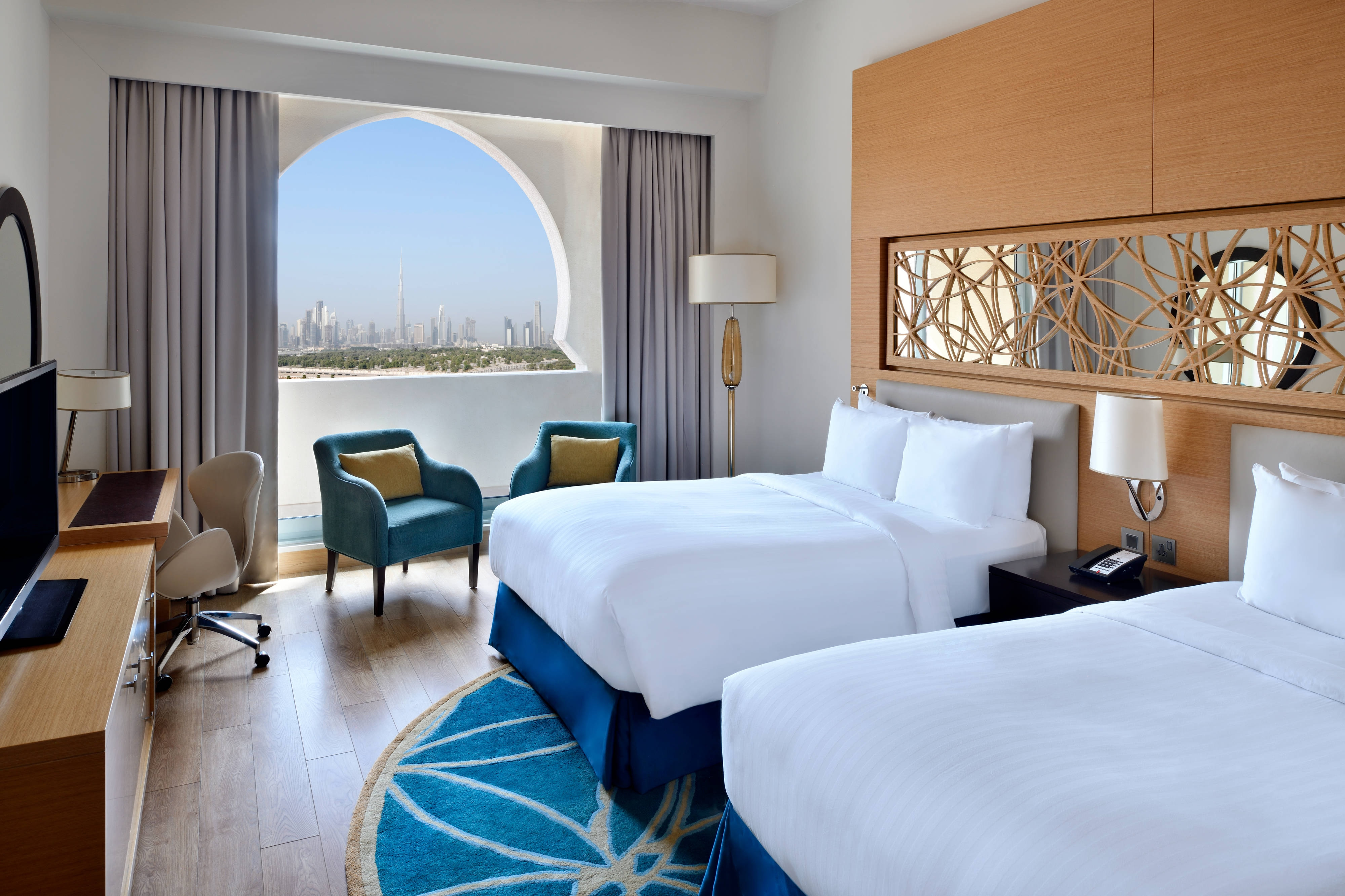 Executive Twin/Twin Guest Room - Skyline View