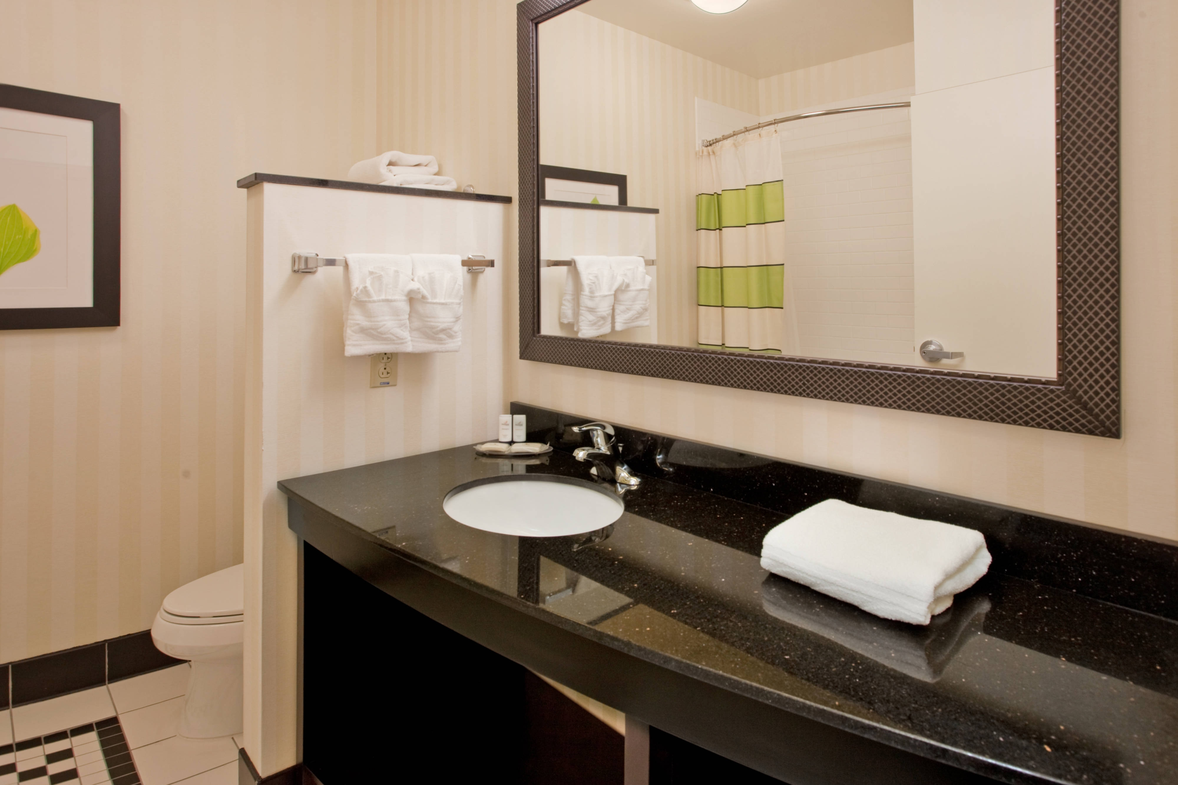 Fairfield Inn & Suites Kearney Guest Bathroom