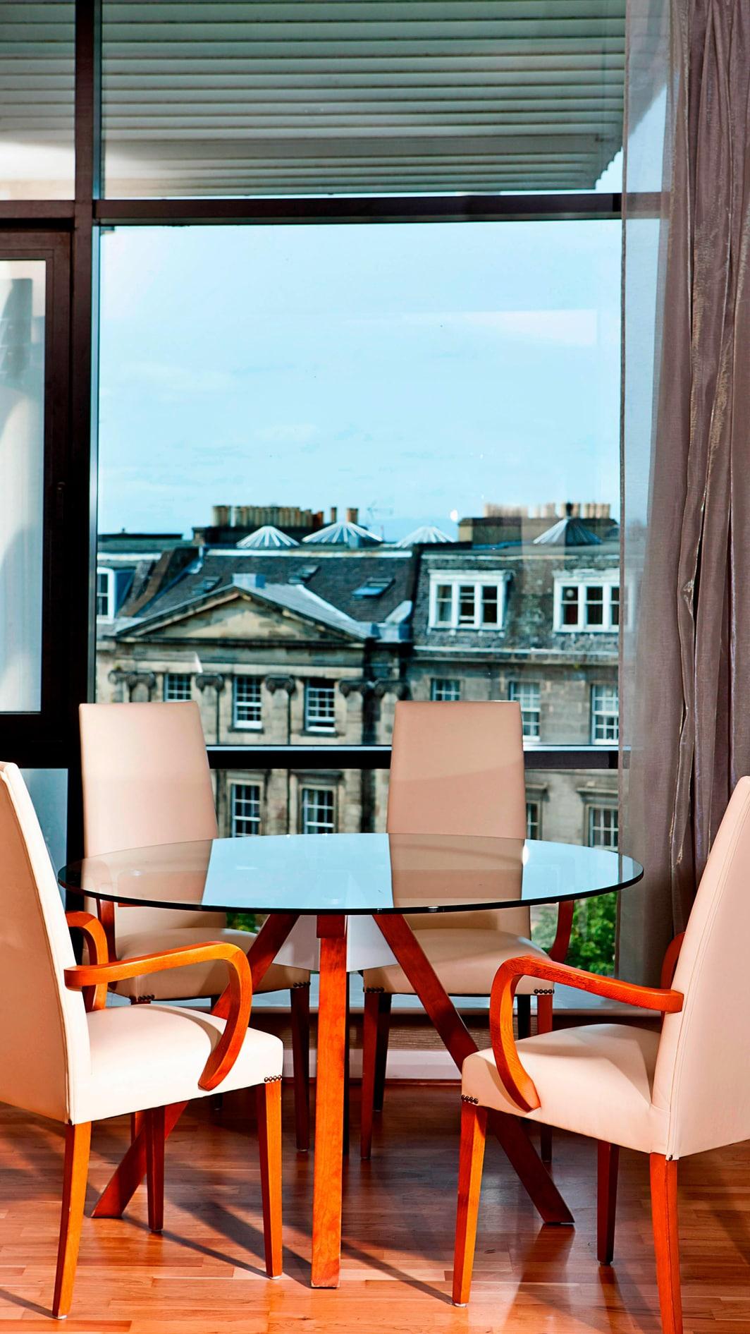 Suite de hotel Edimburgo con comedor