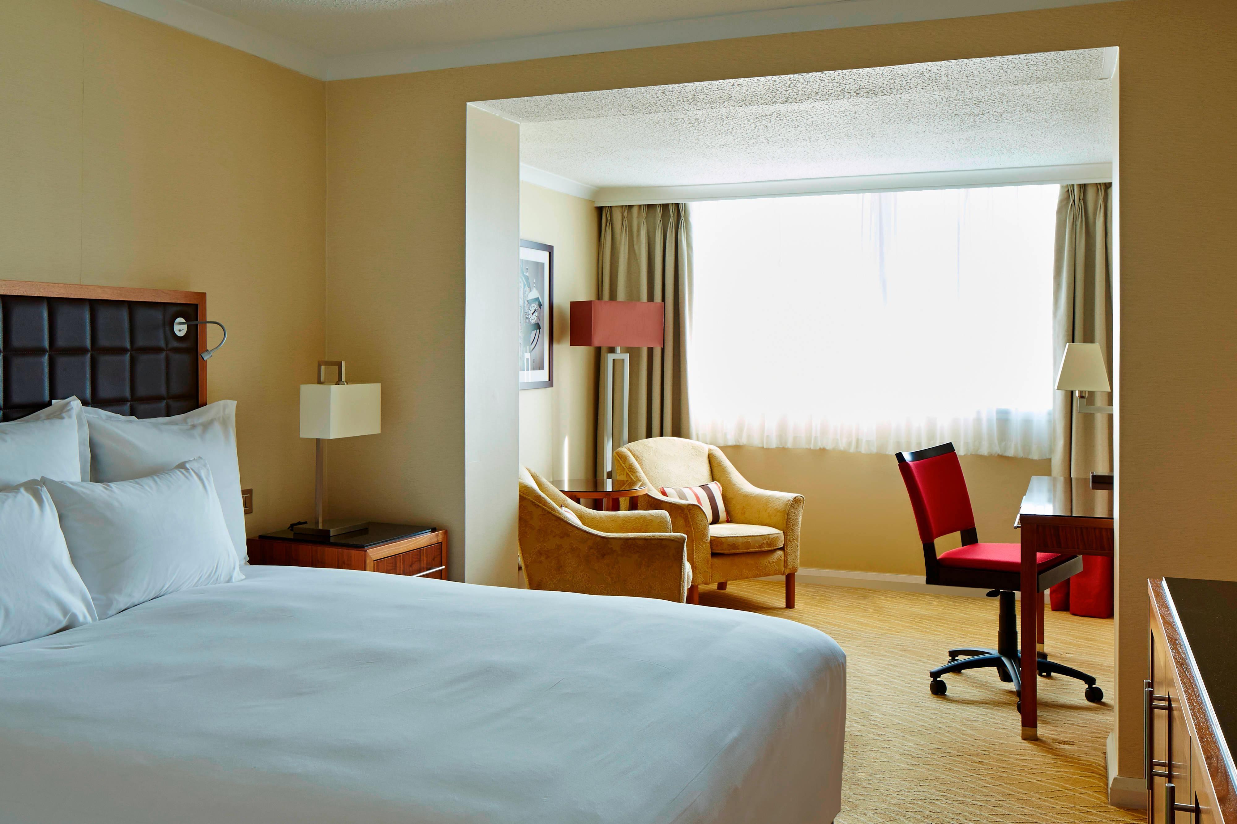 Gästezimmer mit Kingsize-Bett in Edinburgh Hotel