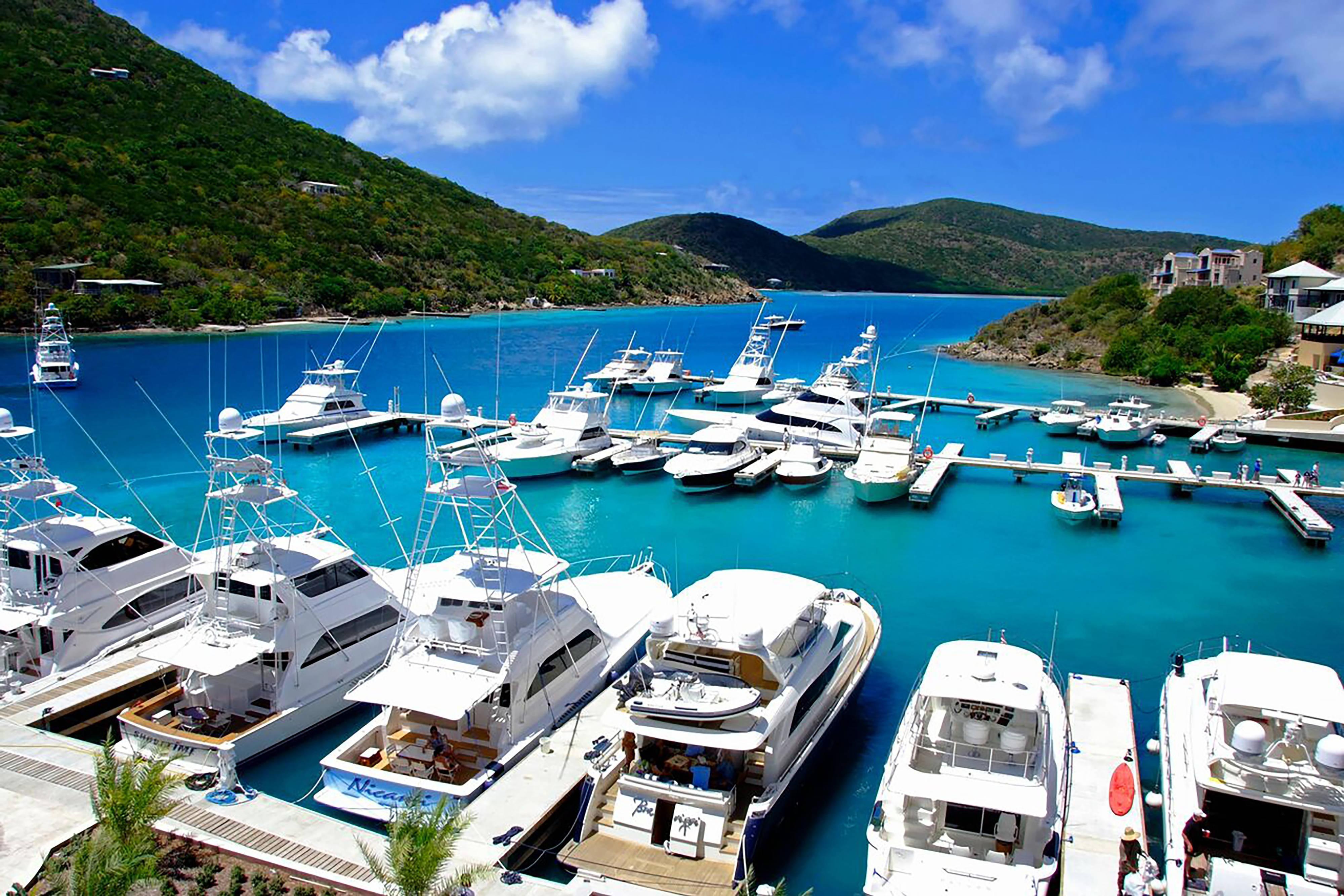 Resort con puerto pequeño en las Islas Vírgenes Británicas