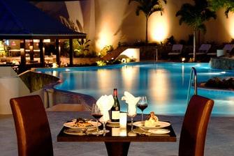 Comidas junto a la piscina del resort en Scrub Island