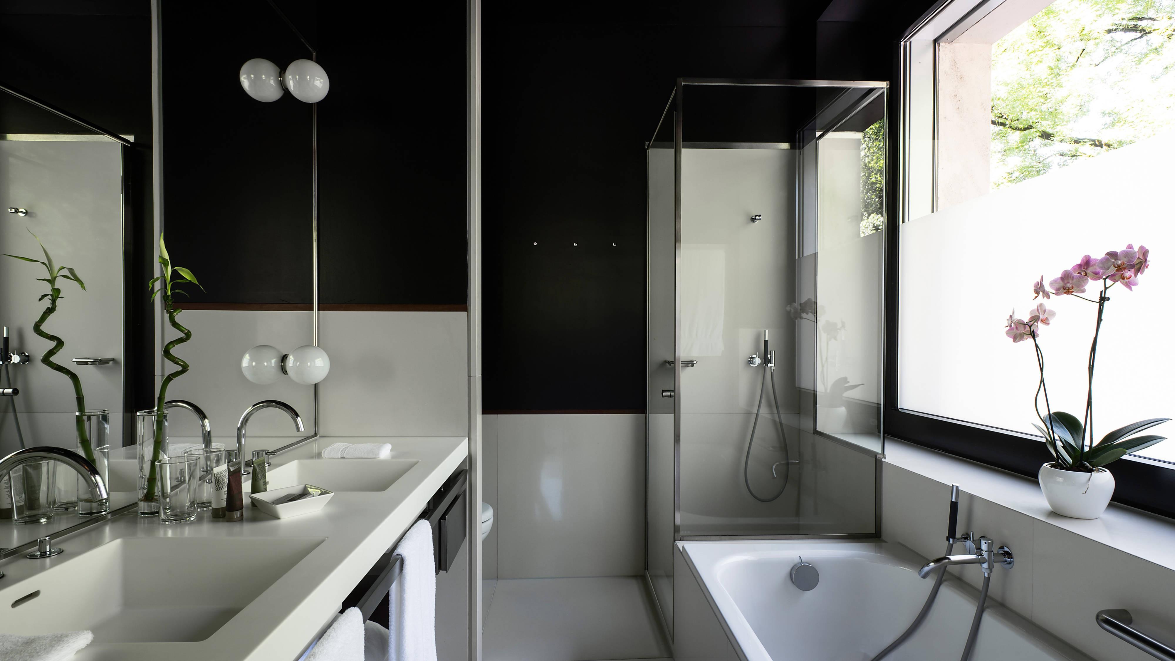 Corner Junior Suite Bathroom