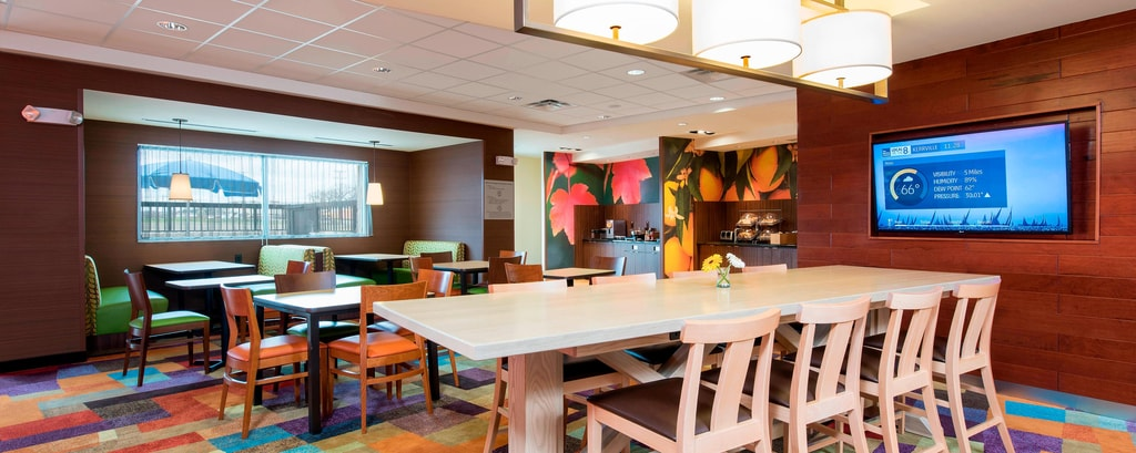 Farm Table im Fairfield Inn & Suites Fredericksburg