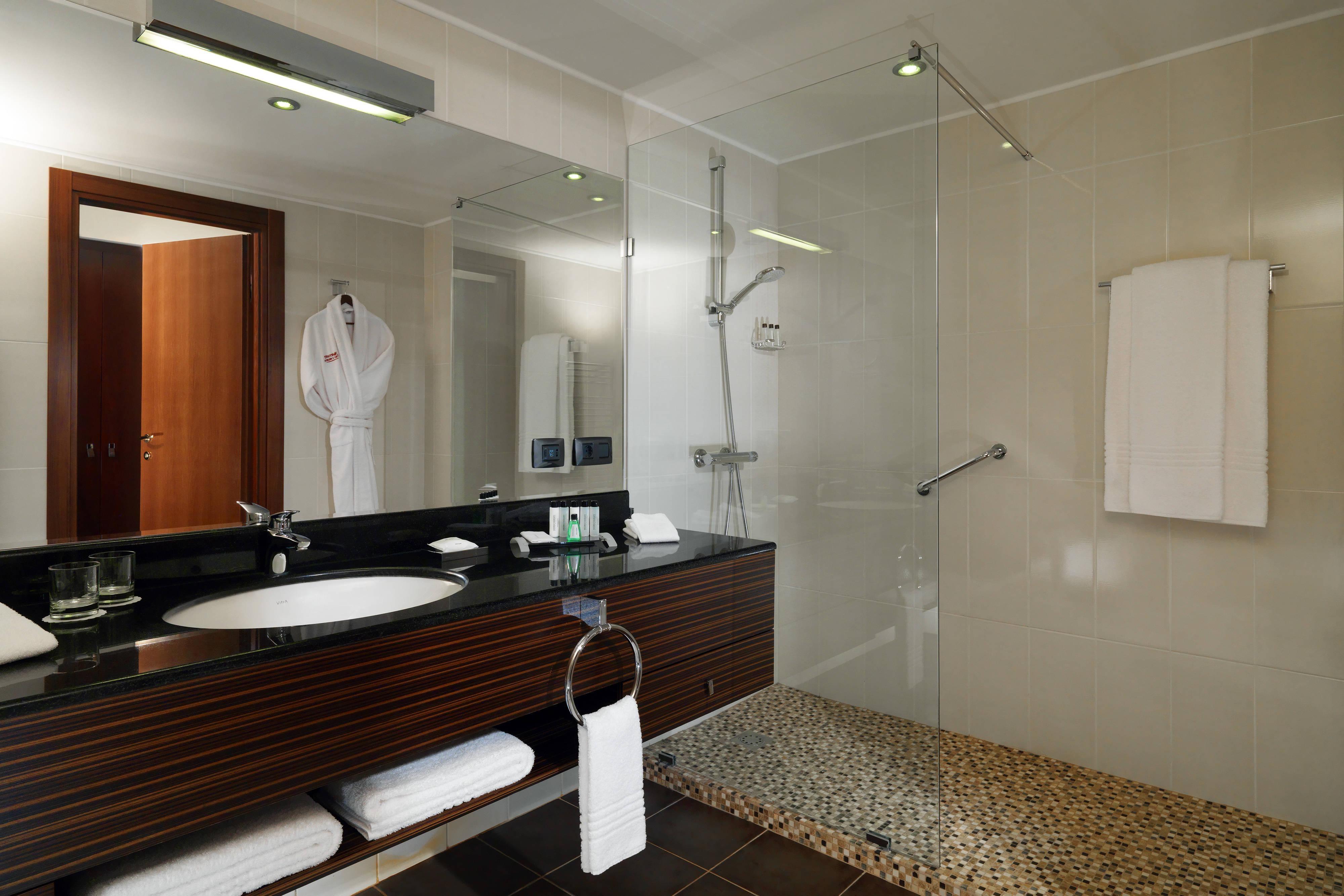 Ванная комната в номере отеля Marriott в Цахкадзоре