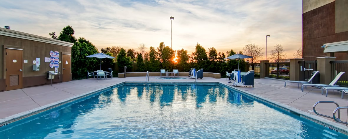hotels with pool in fresno