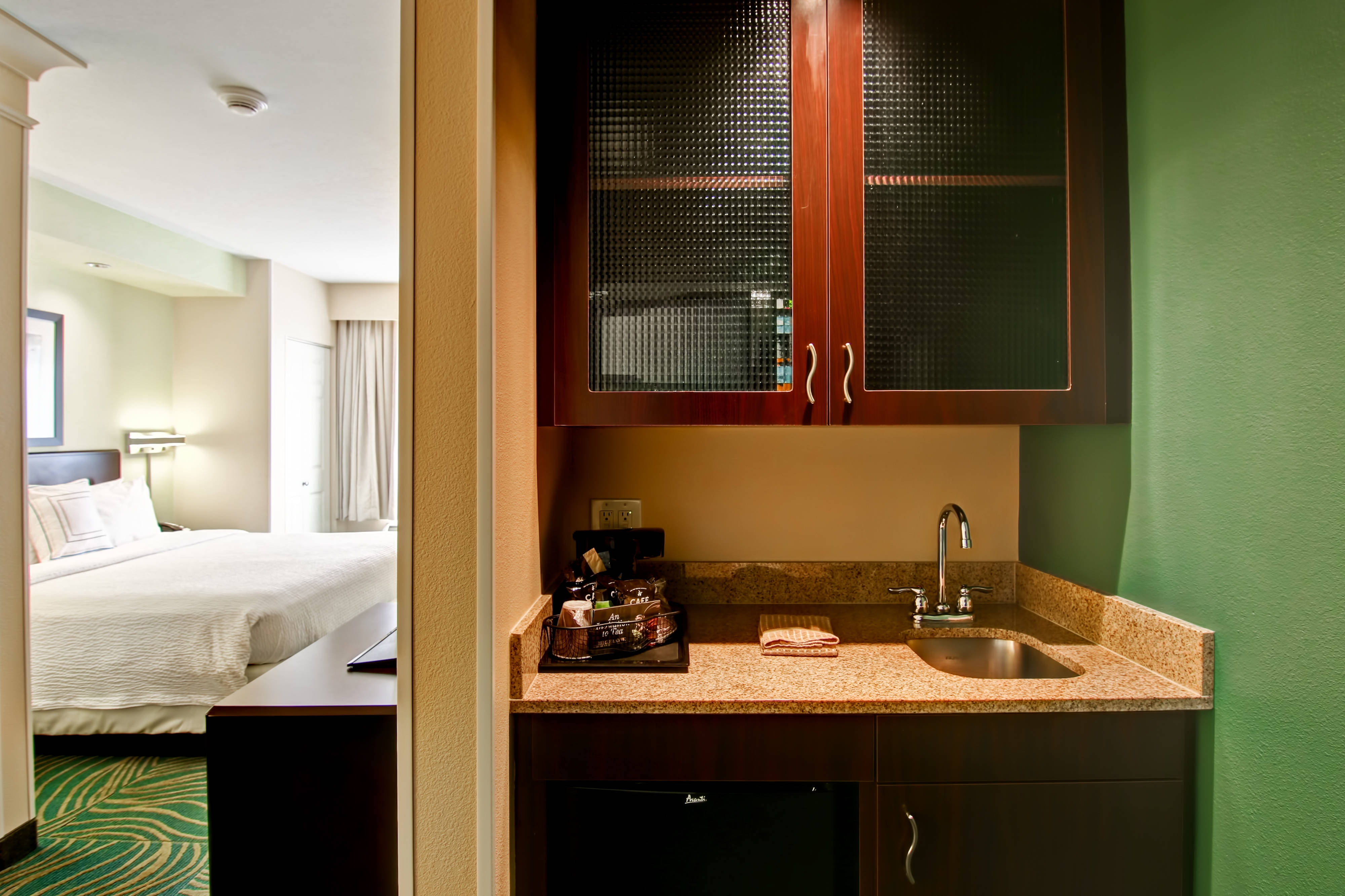 King Suite - Wet Bar & Pantry