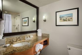 Baño de la habitación en el Courtyard Fort Lauderdale Beach