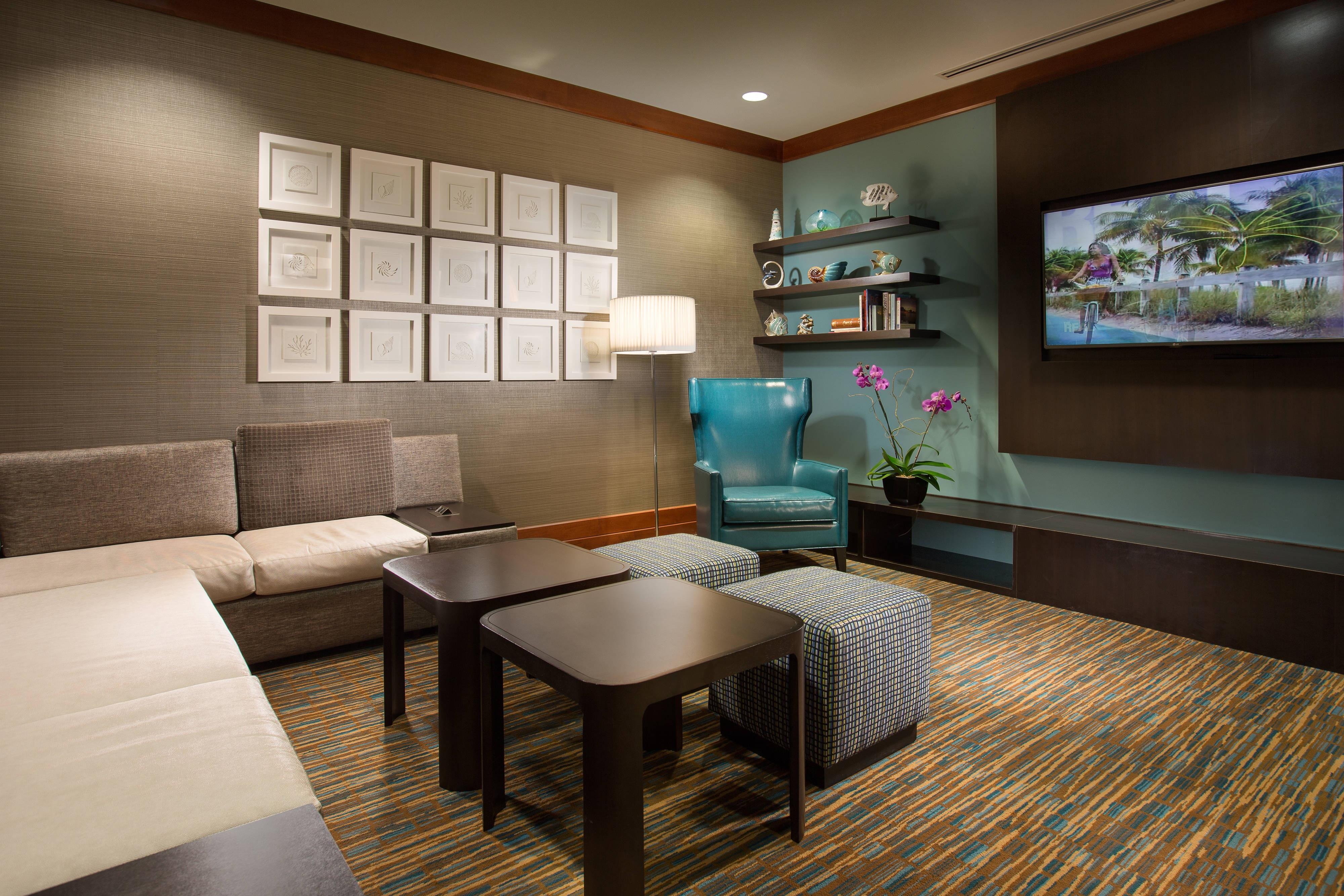Lounge estilo teatro del Courtyard Fort Lauderdale Beach