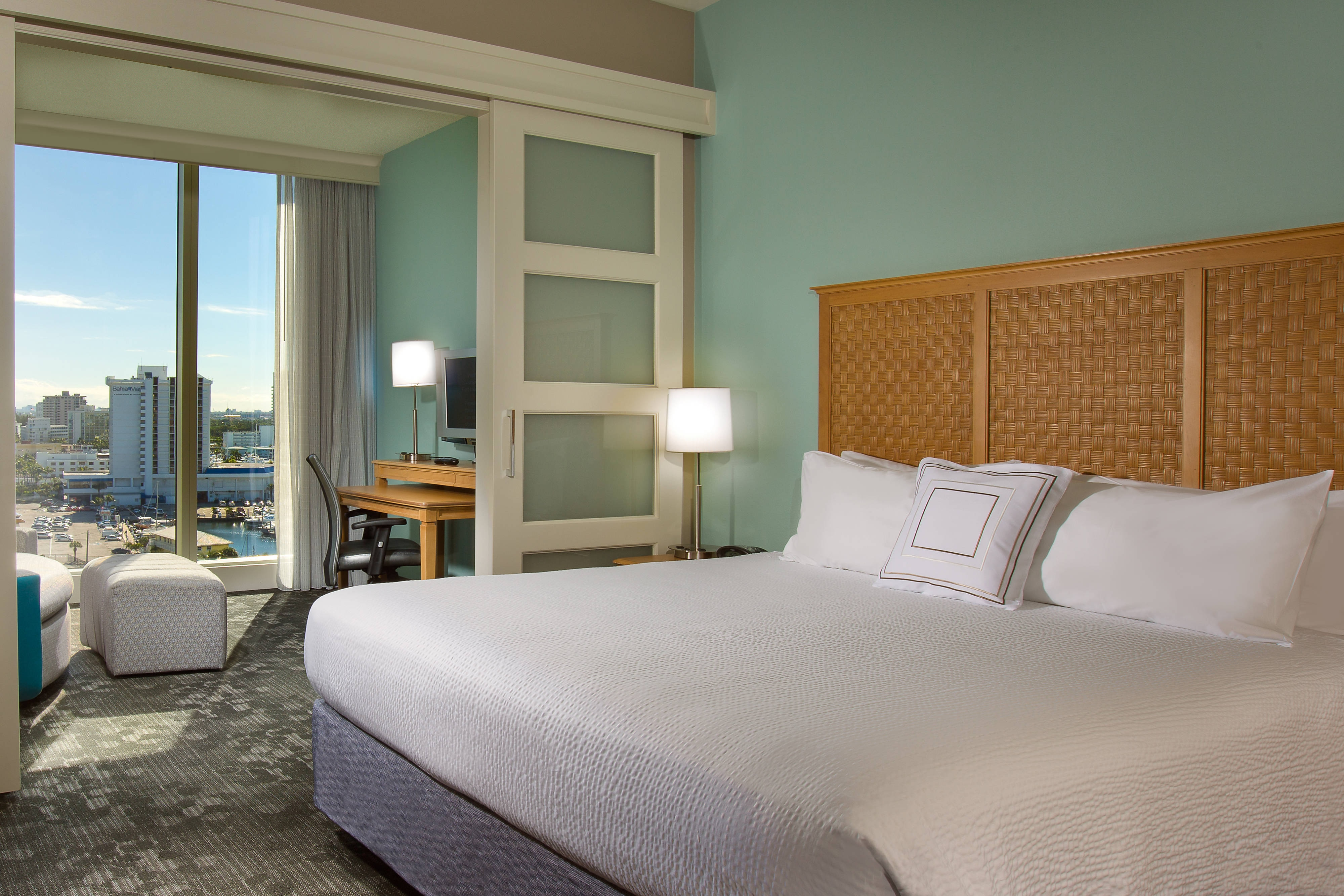 Dormitorio de la suite King del Courtyard Fort Lauderdale Beach