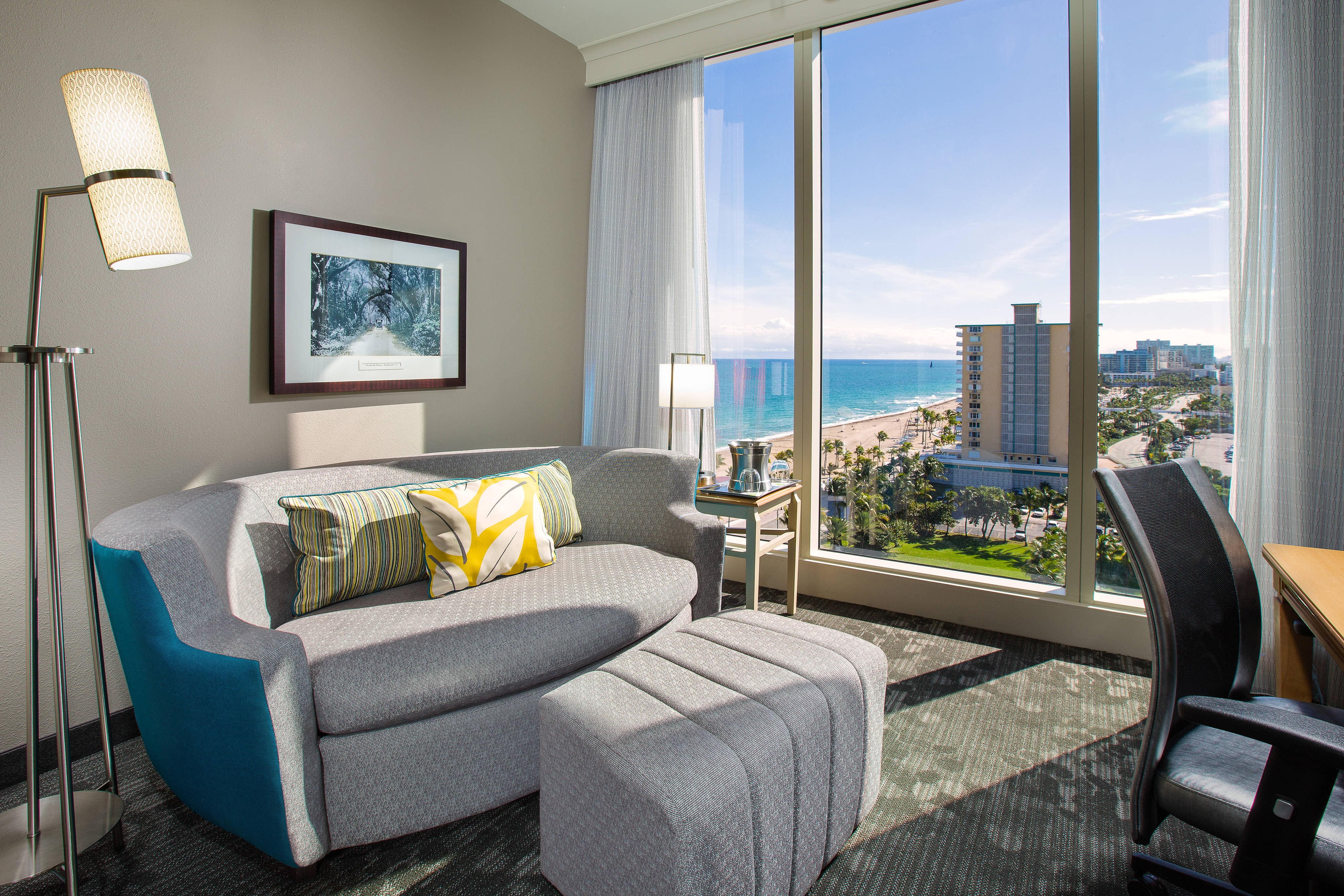 Sala de la suite King del Courtyard Fort Lauderdale Beach