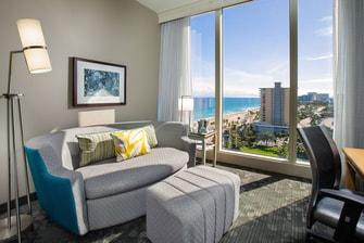 Sala de la suite King del Courtyard Fort Lauderdale Beach