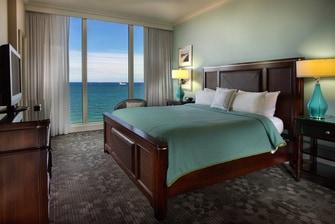 Dormitorio de la suite Presidencial del Courtyard Fort Lauderdale Beach