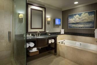 Baño de la suite Presidencial del Courtyard Fort Lauderdale Beach