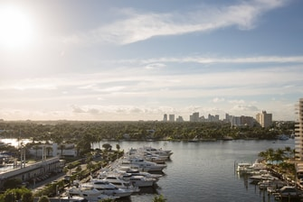 Habitación con vistas al canal intracostero en el Courtyard Fort Lauderdale Beach