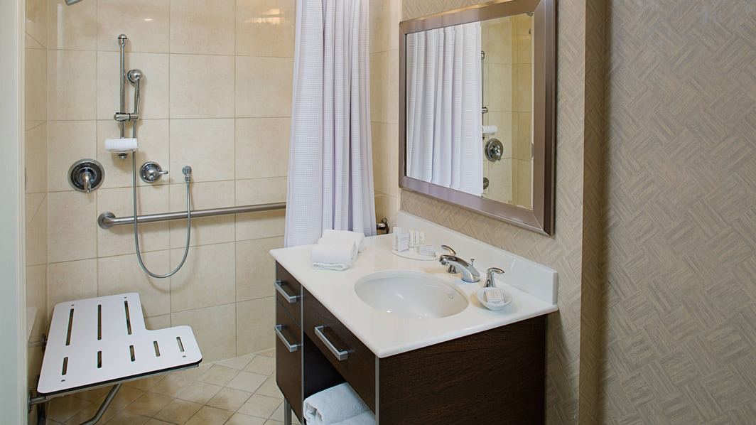 Baño con acceso para personas con problemas de movilidad del hotel en Fort Lauderdale