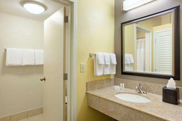 Plantation, FL Hotel Guest Bathroom