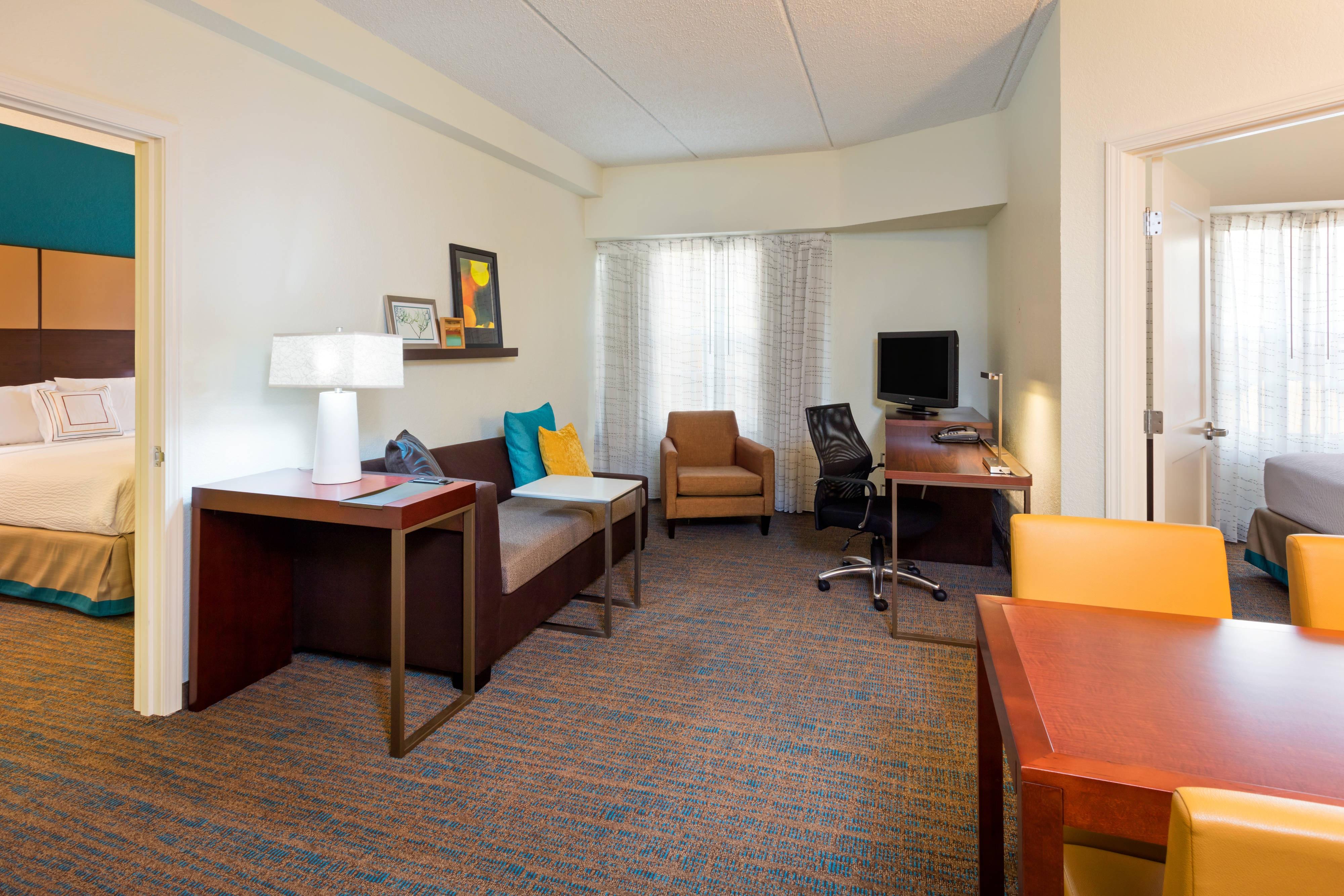 Wohnzimmer einer Suite mit zwei Schlafzimmern