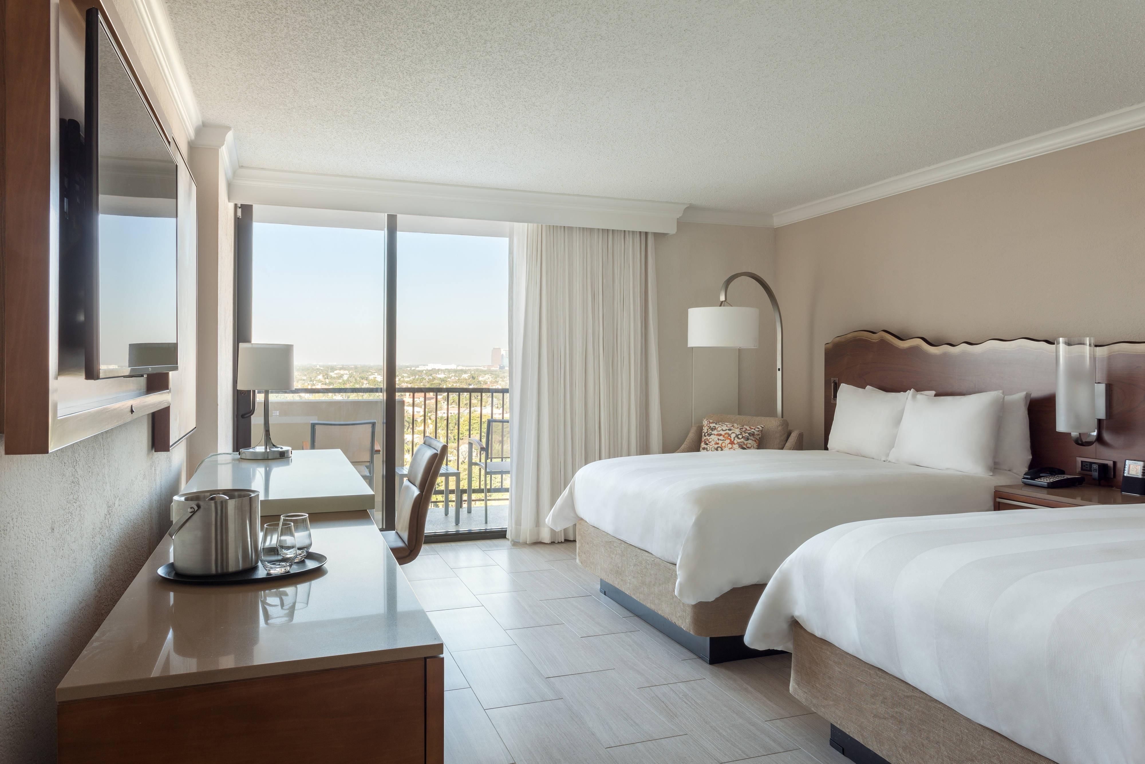 Gästezimmer mit zwei Doppelbettenund Blick auf den Intracoastal Waterway