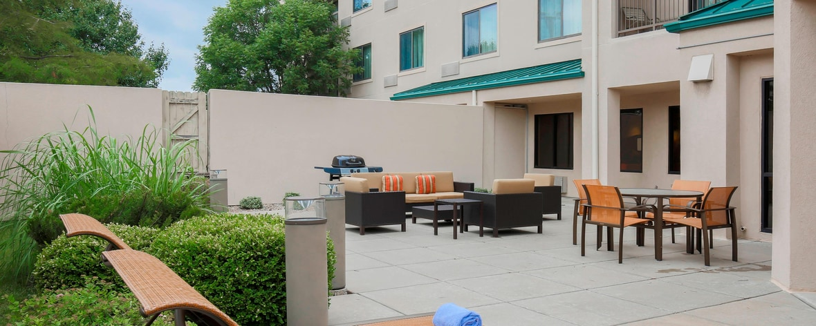 Topeka Kansas Hotel Courtyard Patio