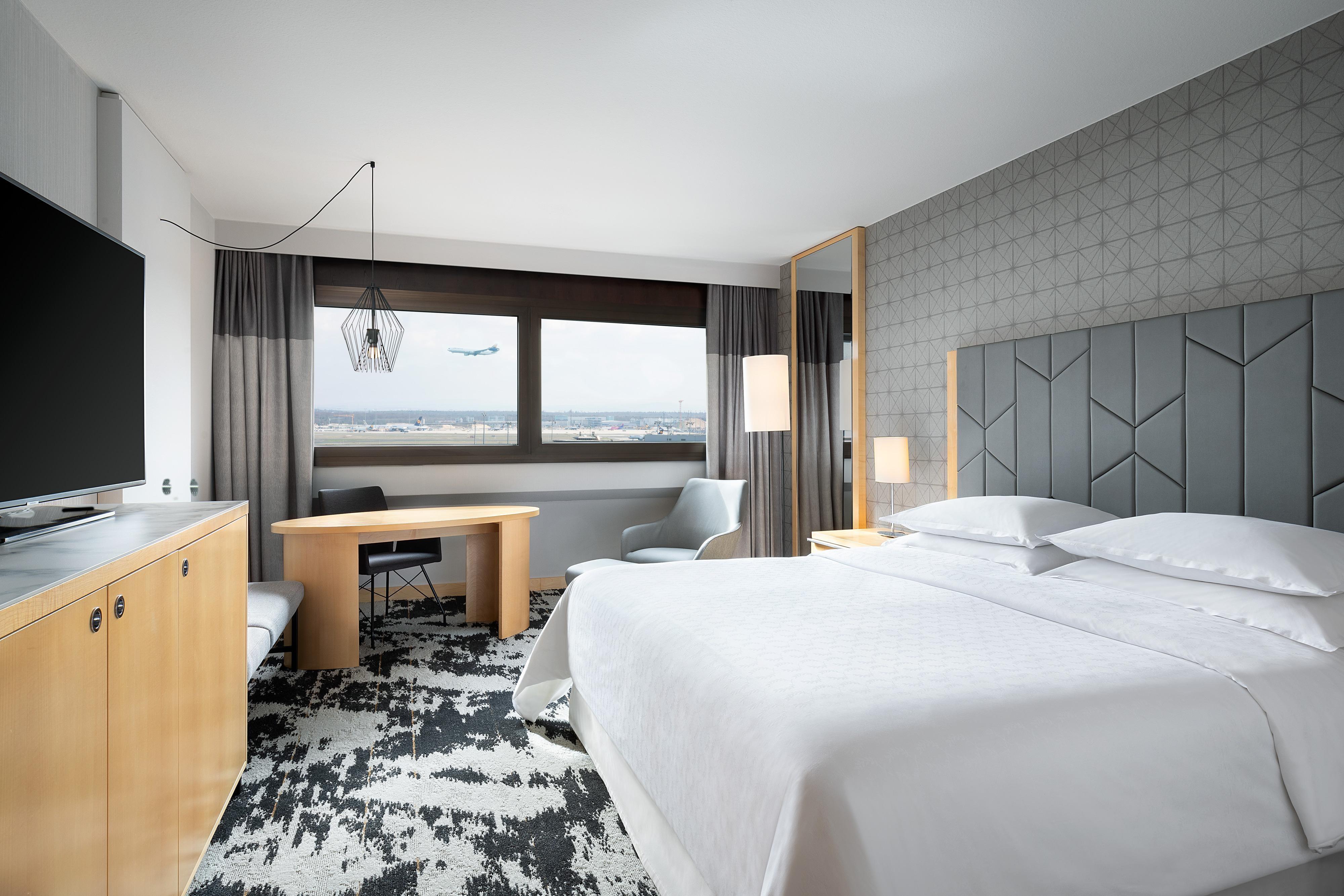 Chambre Premium avec lit king size - Vue sur l'aéroport
