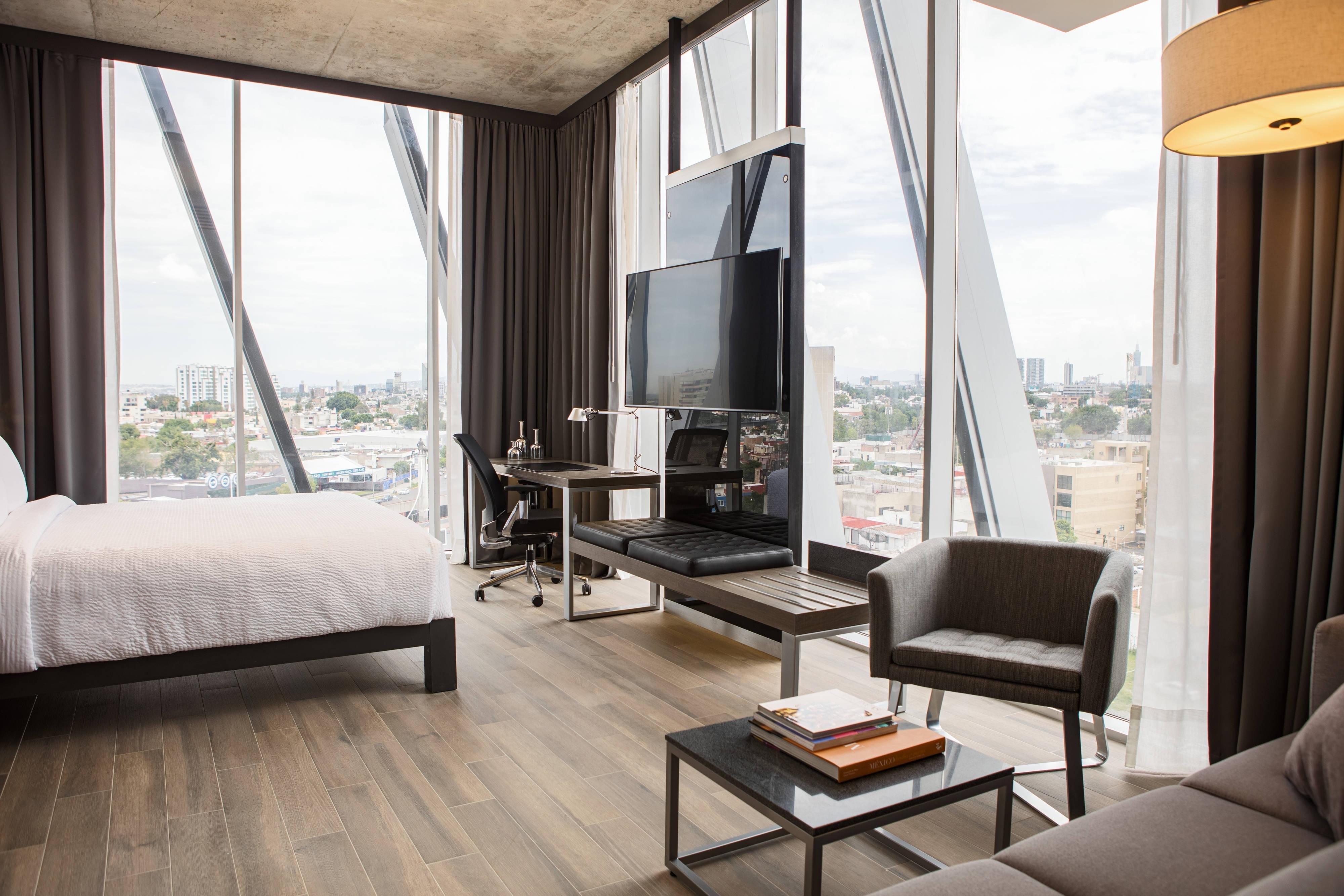 Eck-Gästezimmer mit Kingsize-Bett und Stadtblick