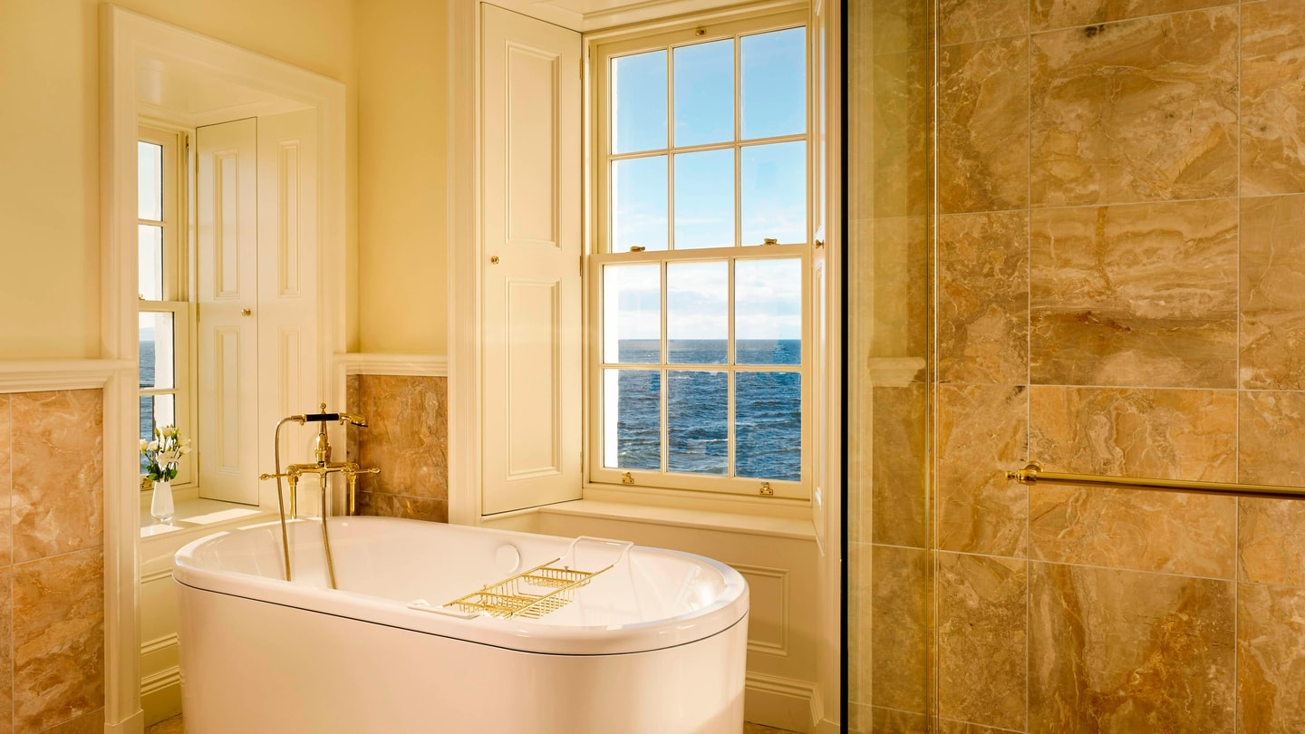 Turnberry Lighthouse Suite - Bathroom with a View