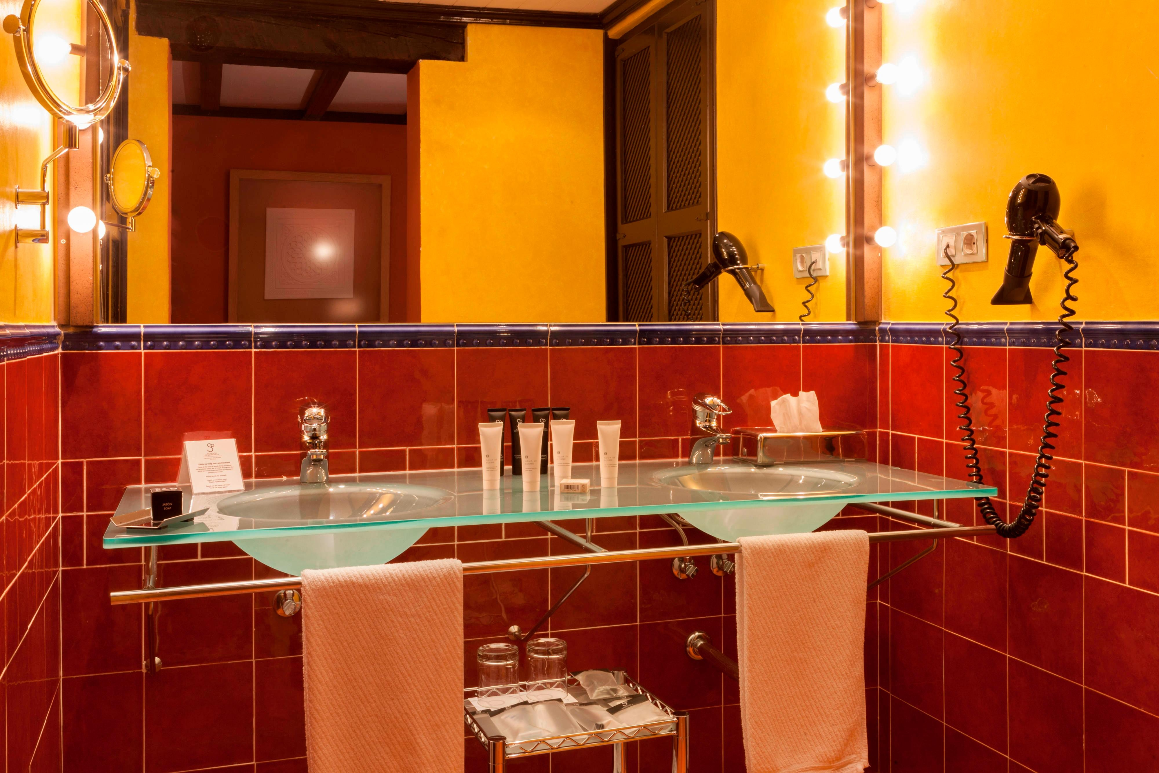 superior room bathroom in granada