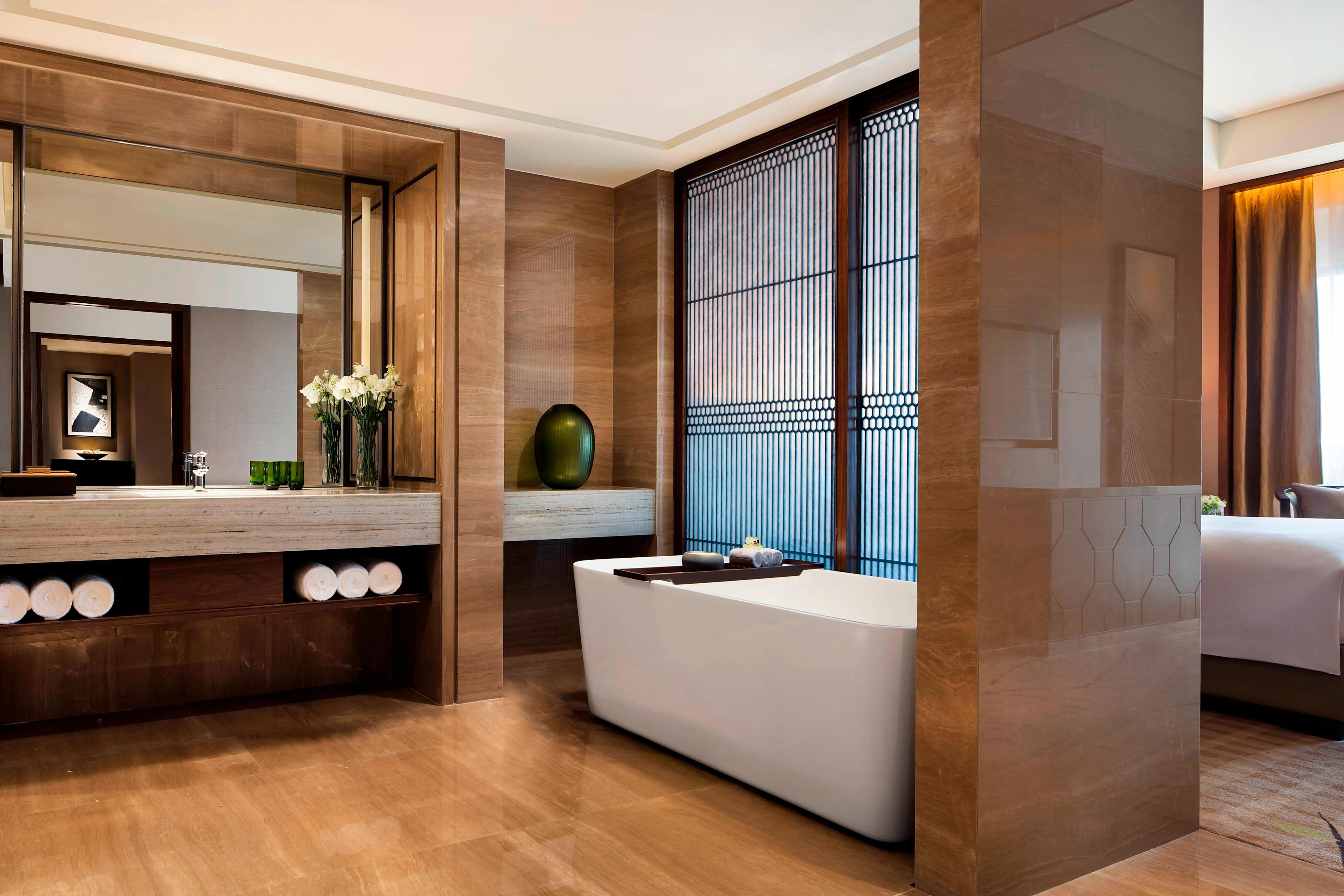 Deluxe King Suite Bathroom