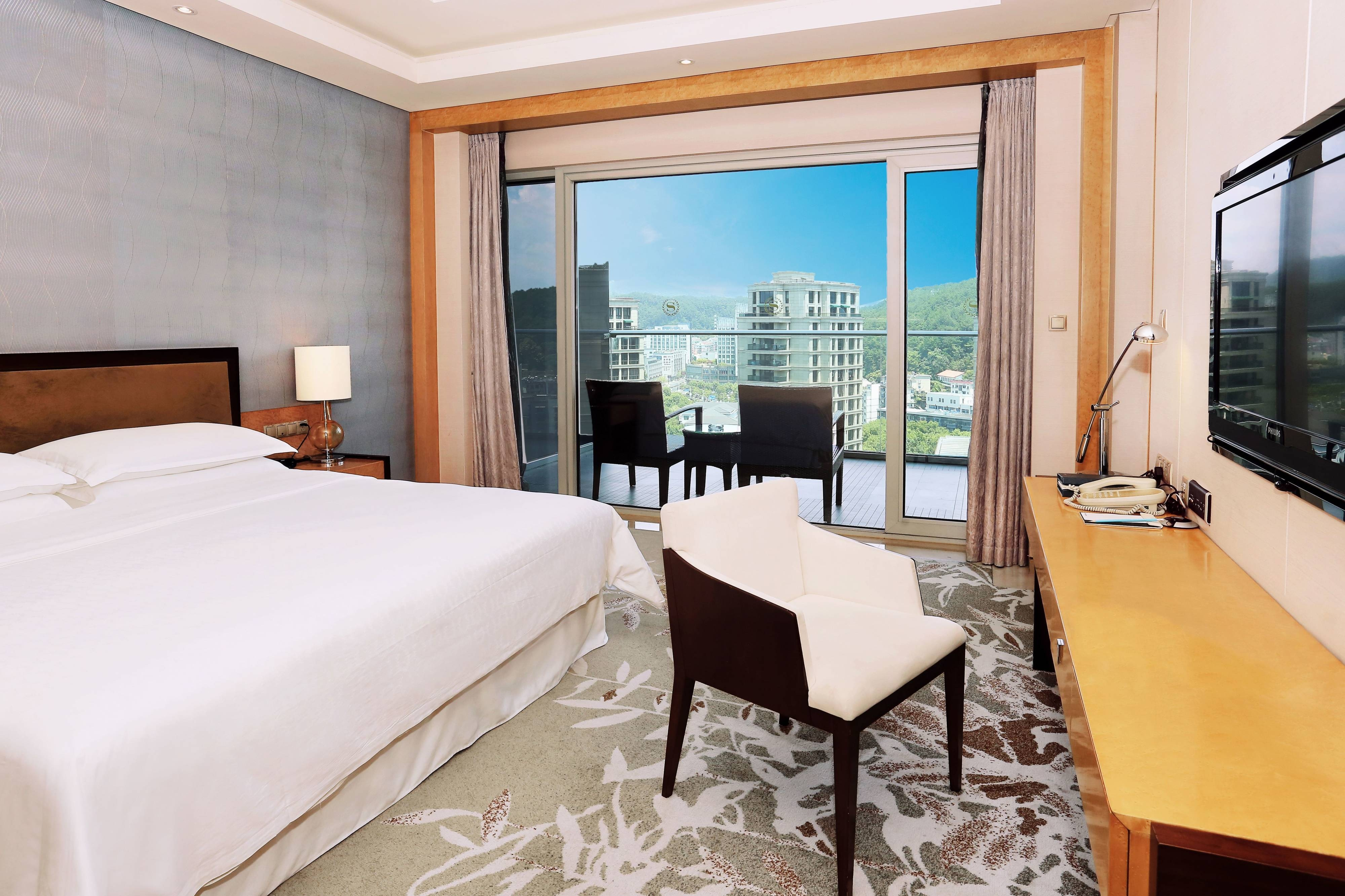 Gästezimmer mit Kingsize-Bett und Gartenblick