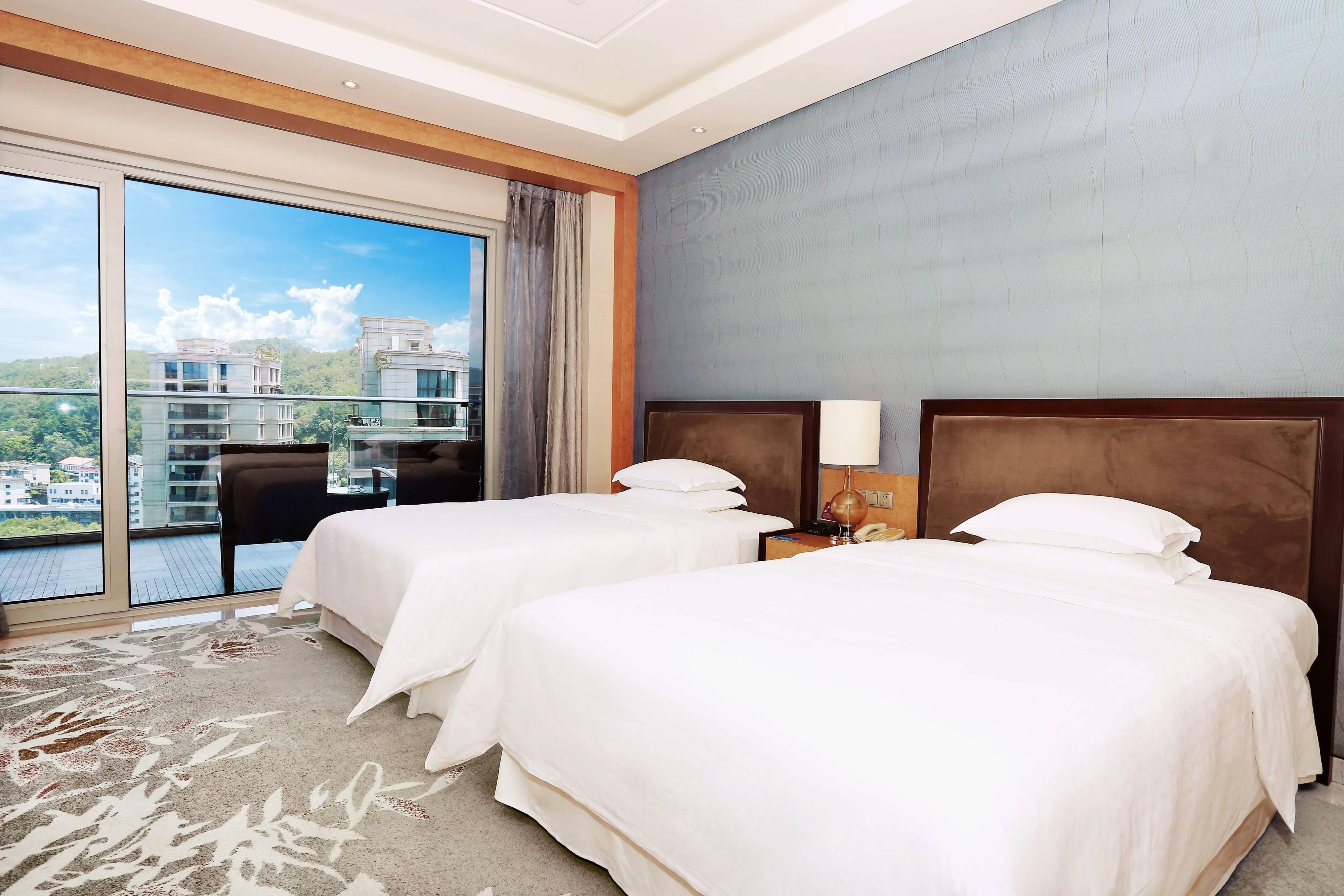 Gästezimmer mit zwei Einzelbetten und Gartenblick