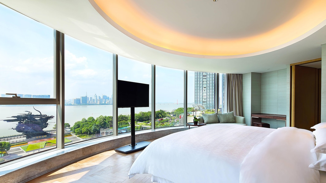 Club Suite - Bedroomwith full qiantang View