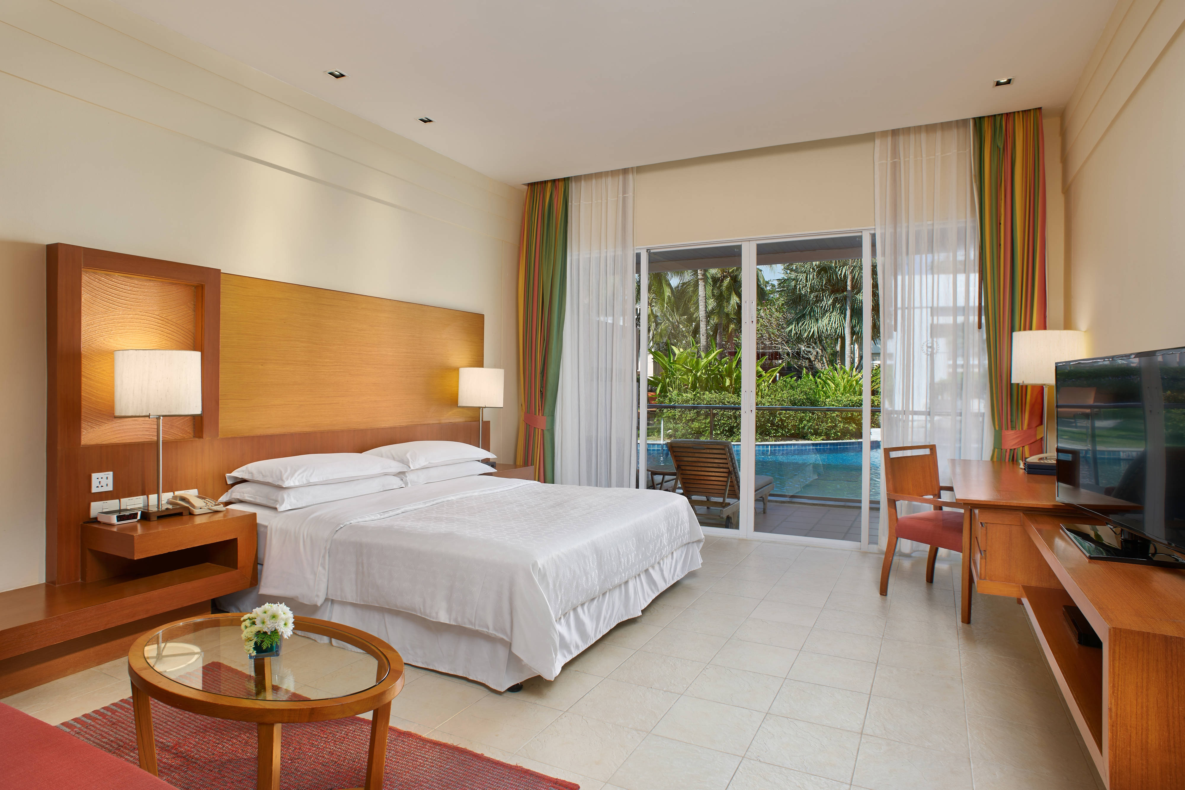 Zimmer mit Kingsize-Bett und Lagoon-Zugang