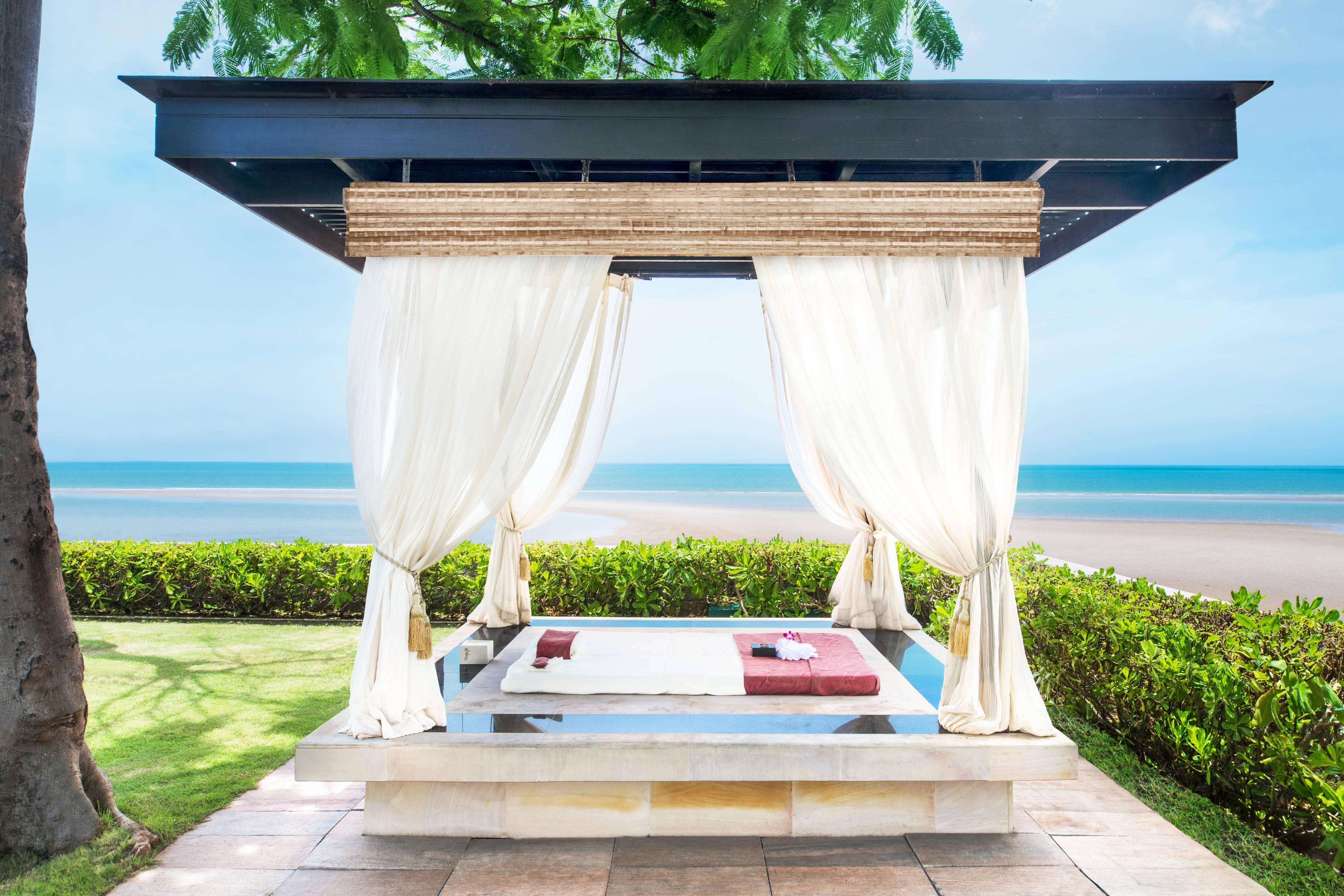 Massage dans un pavillon thaï au bord de la mer