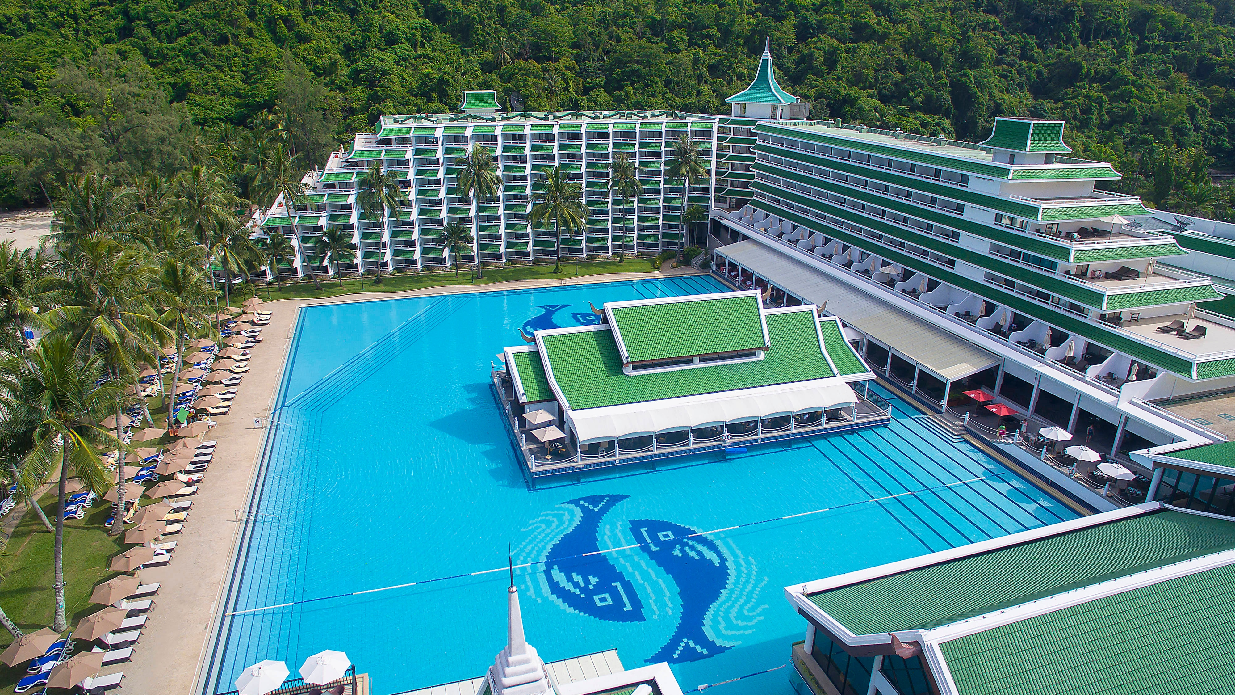 Sea View swimming Pools and lush location