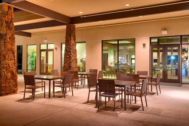 Laie restaurant outdoor seating area
