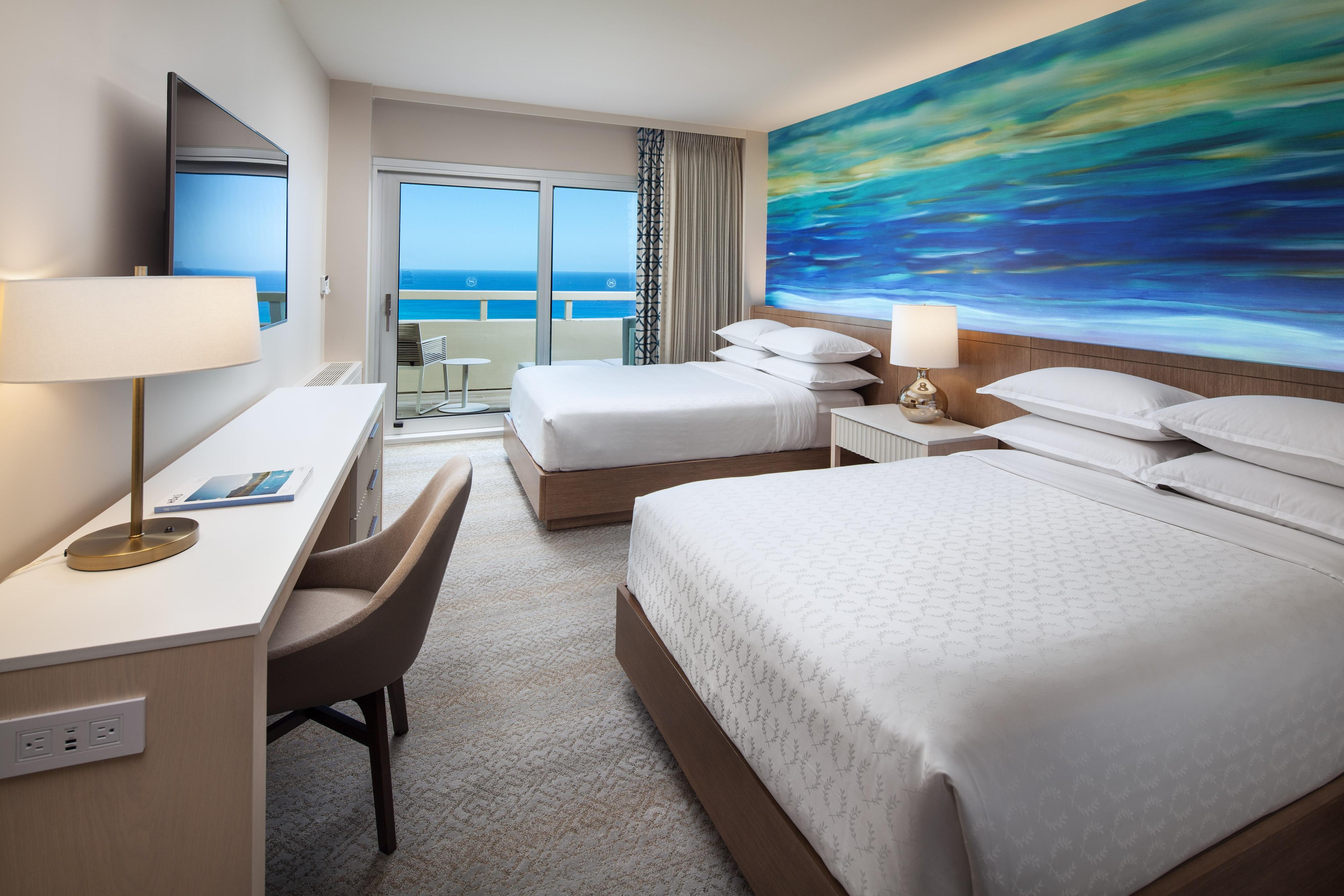 Camera con due letti matrimoniali fronte oceano