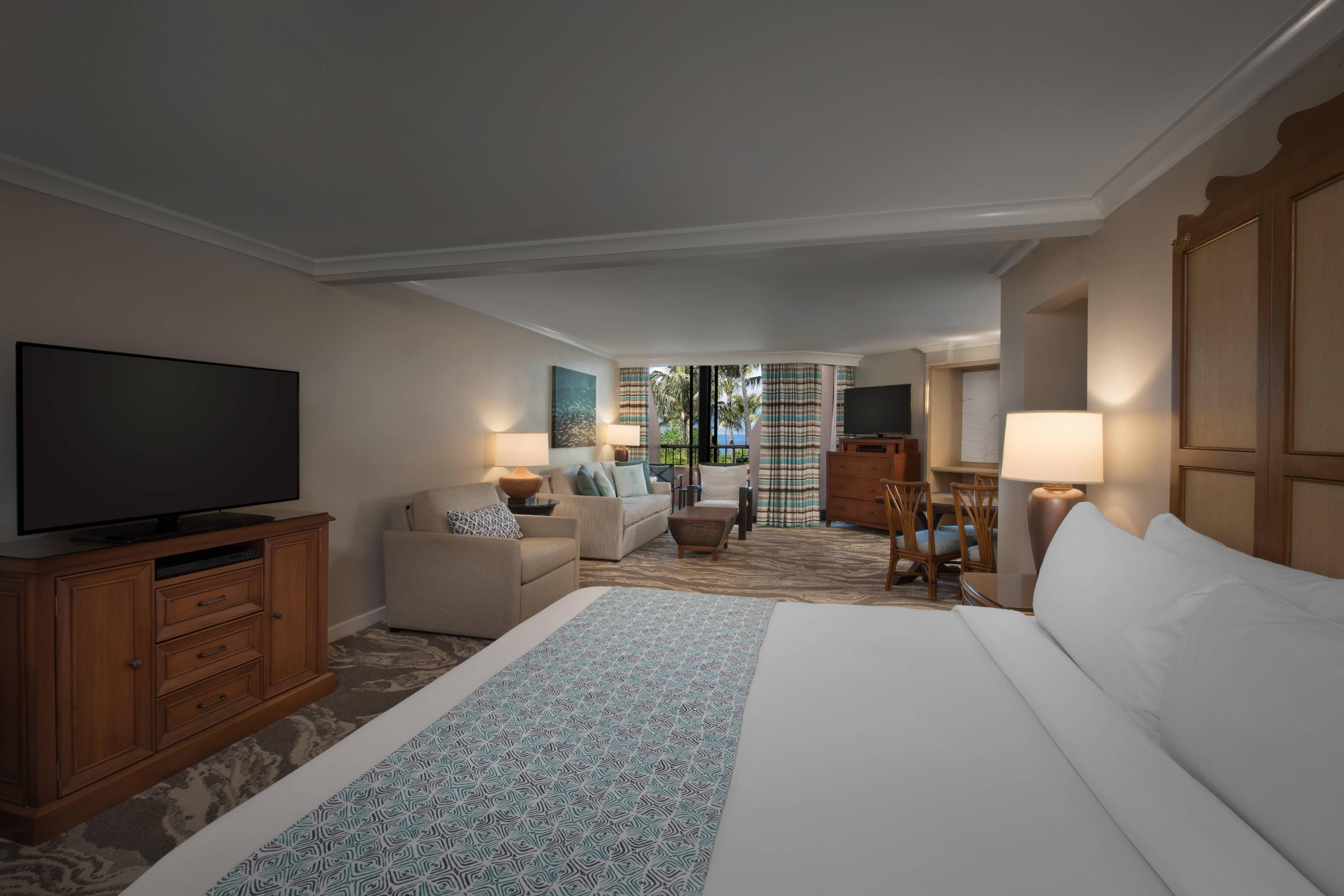 Chambre avec lit king size et vue sur mer, aile Maui