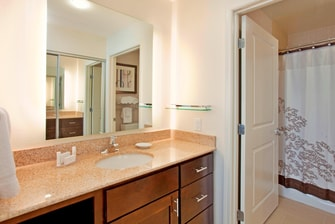 Baño de la suite del hotel en West Houston