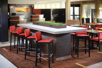 Mesa para compartir del Courtyard Houston Airport