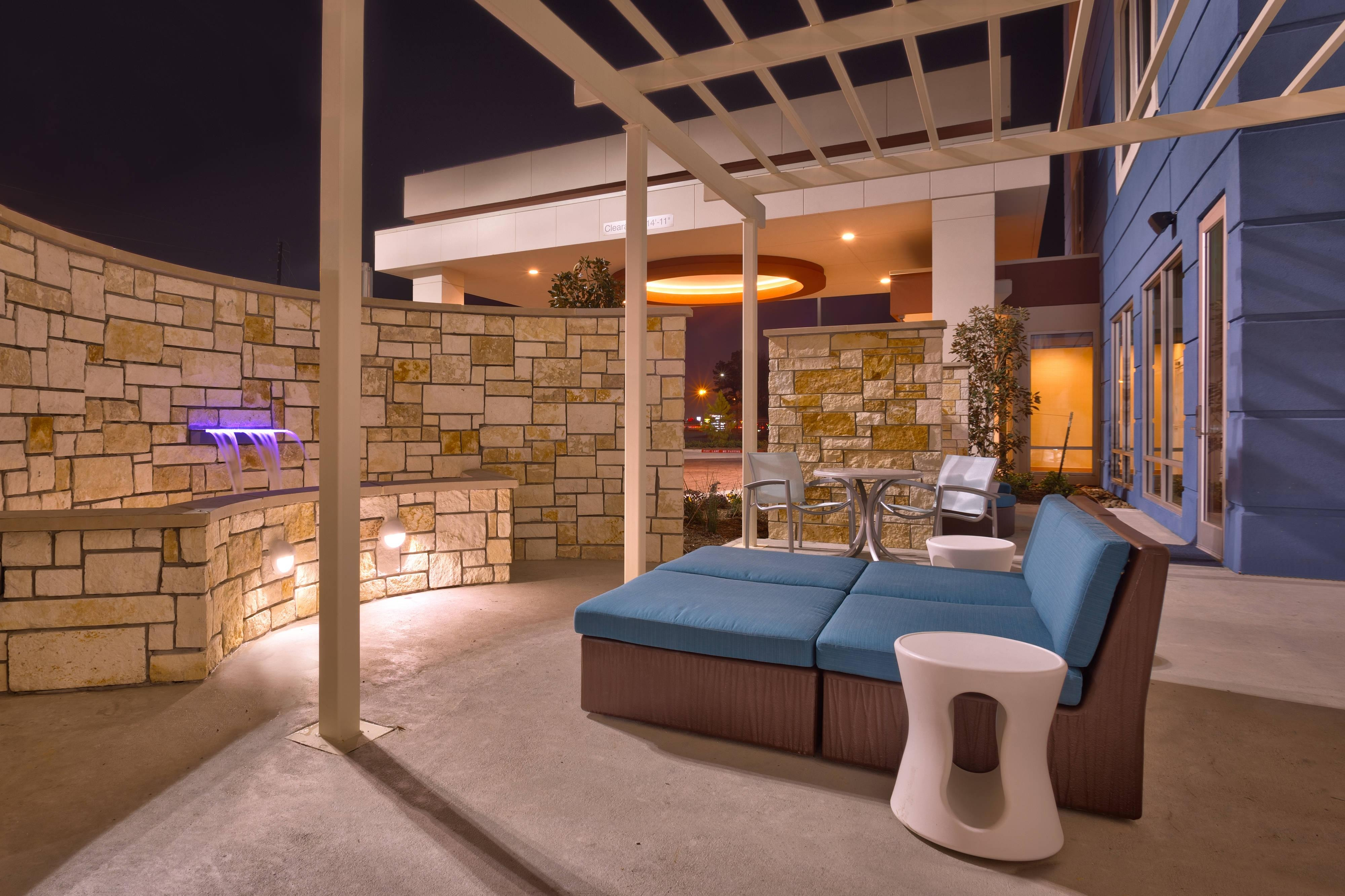 Patio del SpringHill Suites Houston I-45 North