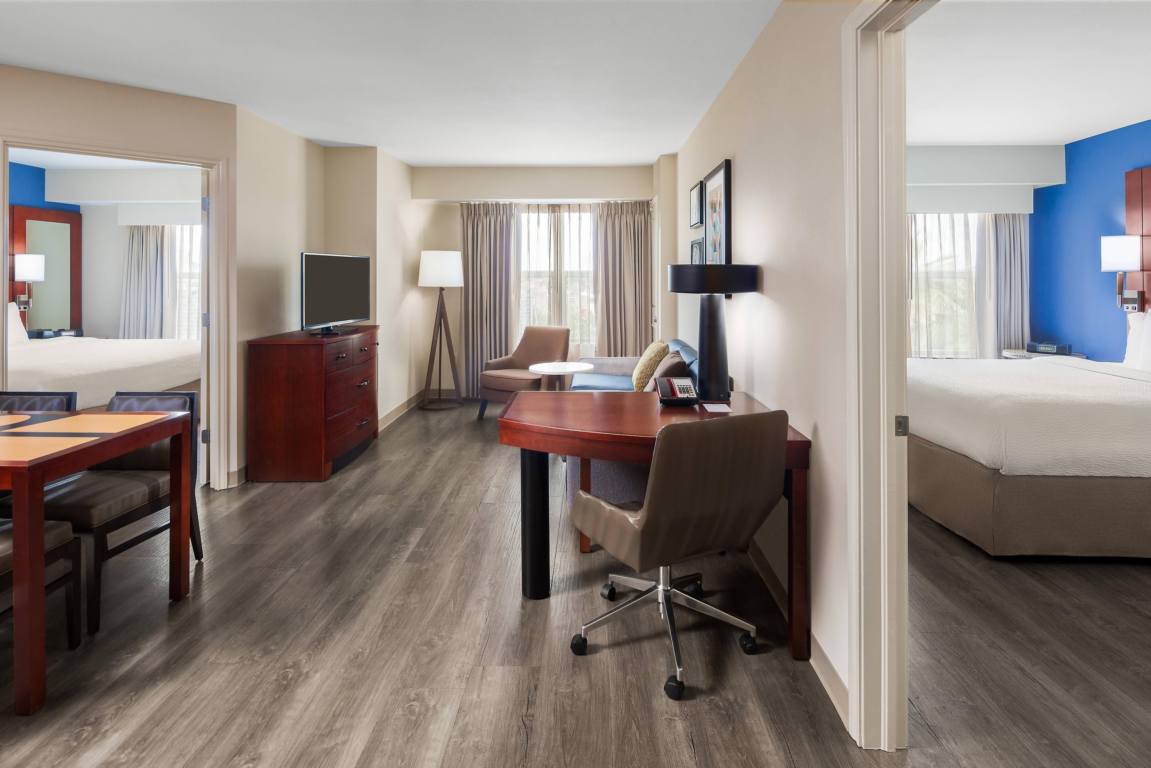 Wohnbereich einer Suite mit zwei Schlafzimmern
