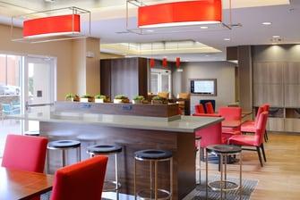 Mesa para compartir en el lobby del hotel en Houston