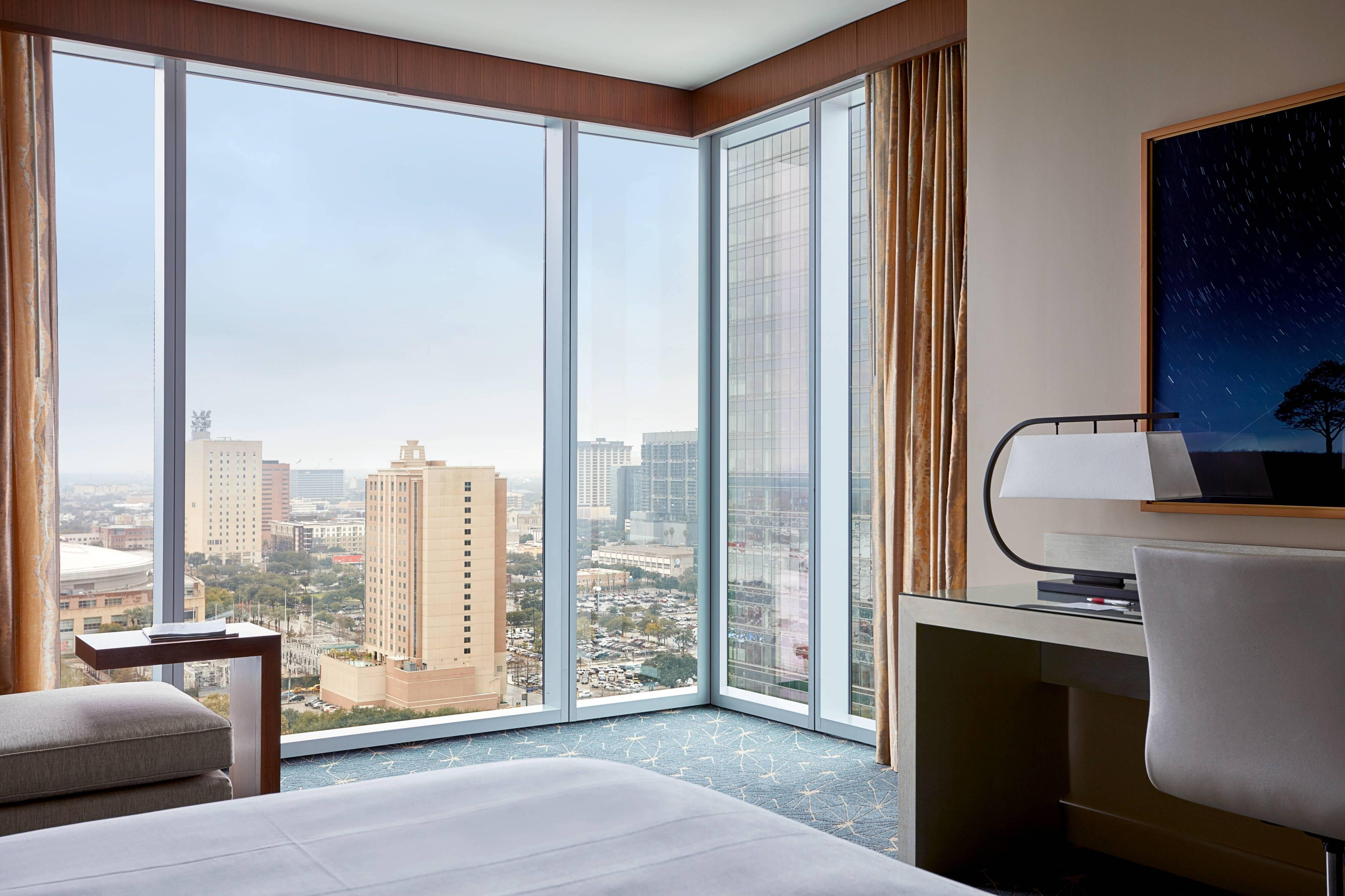 Corner King Guest Room - City View