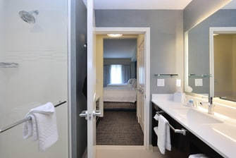 Baño del hotel para estancias prolongadas en Cypress, Texas
