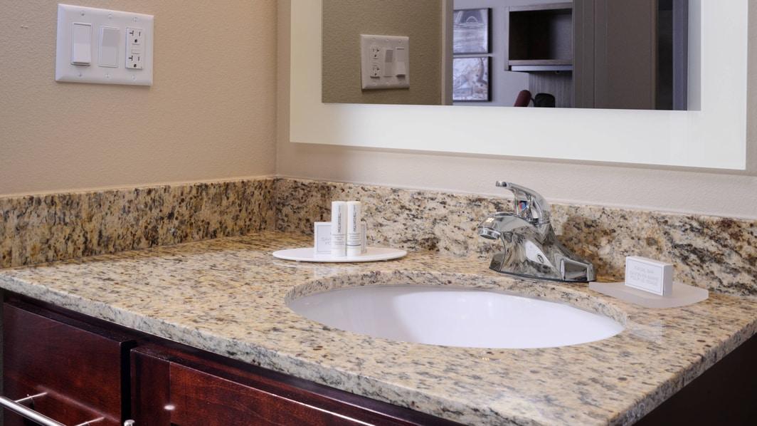 Waschtisch im Bad einer Suite