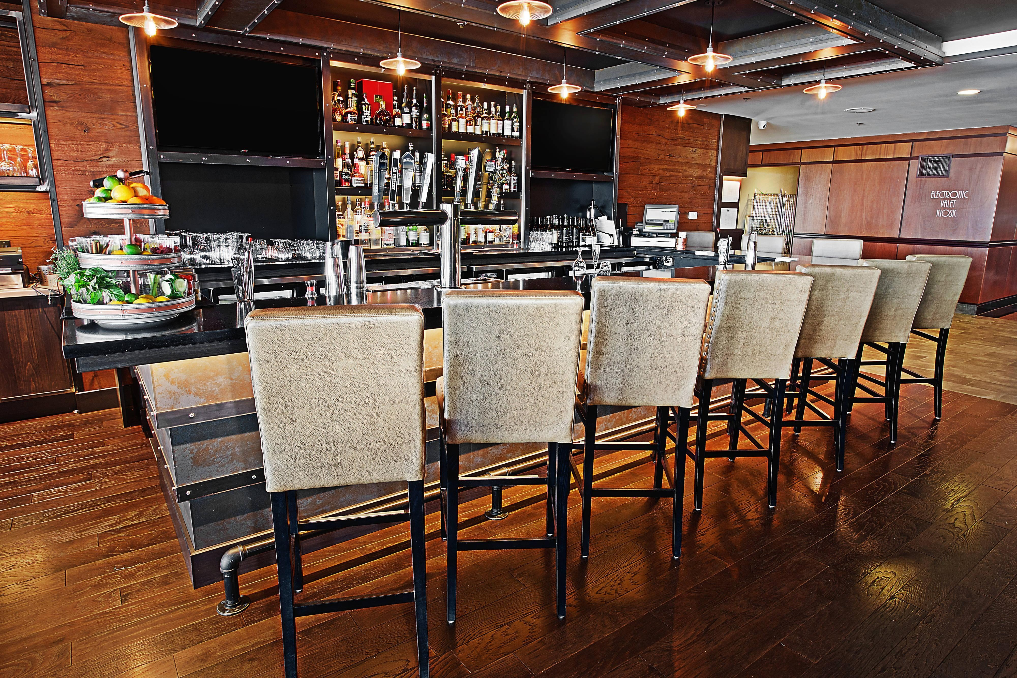 Morton's Grille Niagara Falls - Lounge Area
