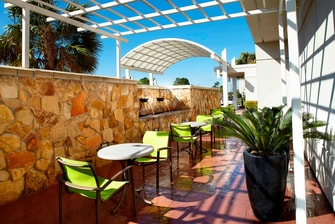 Houston Airport Hotel Outdoor Patio
